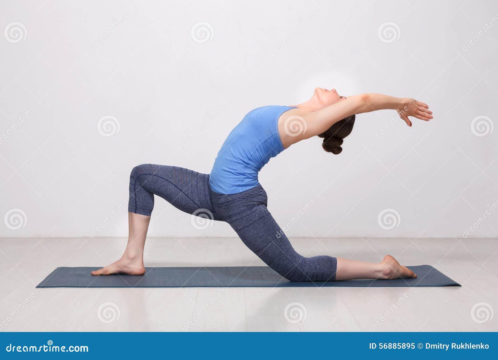 适合的yogini妇女实践瑜伽asana