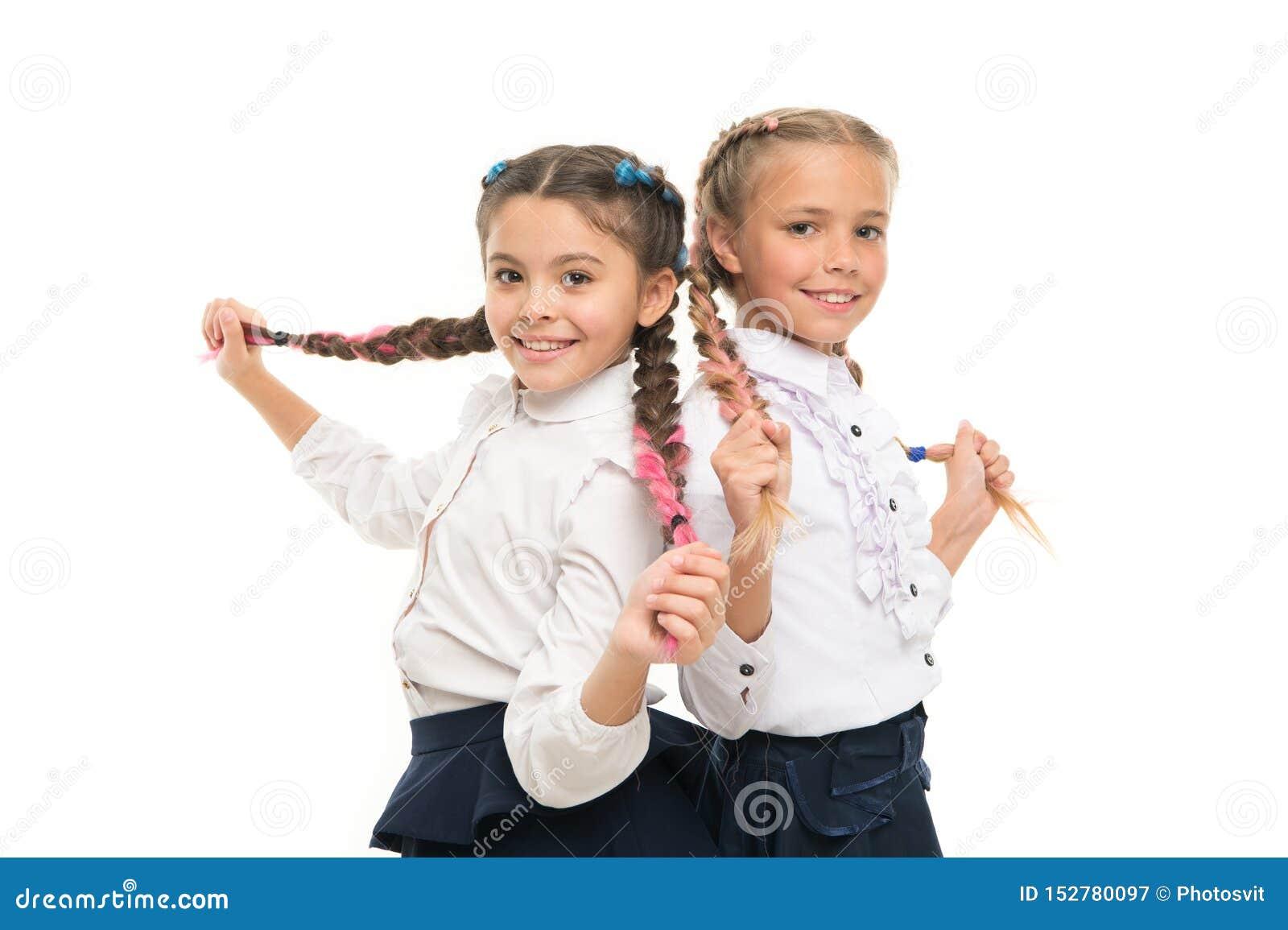 适当的发型 保持头发编辫子为整洁的神色 与长的结辨的头发的学生 美发师沙龙 ??