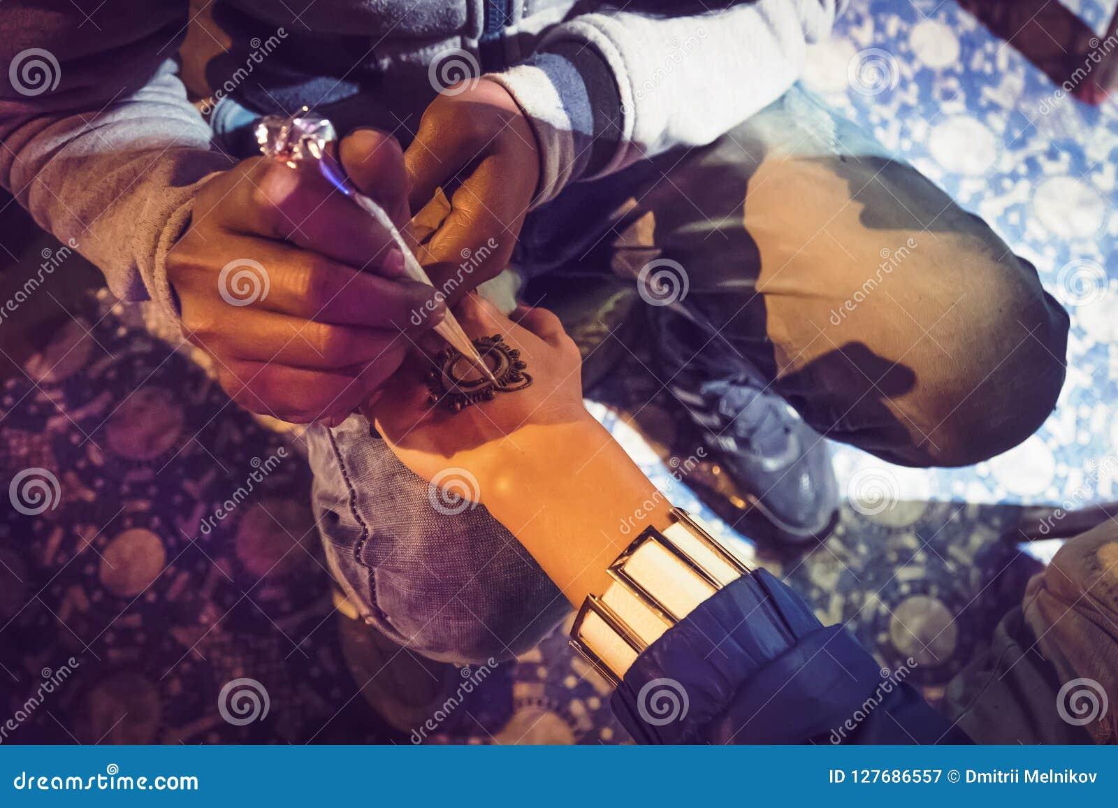 适用于美好的无刺指甲花纹身花刺阿拉伯设计的艺术家妇女的或印地安新娘的手在