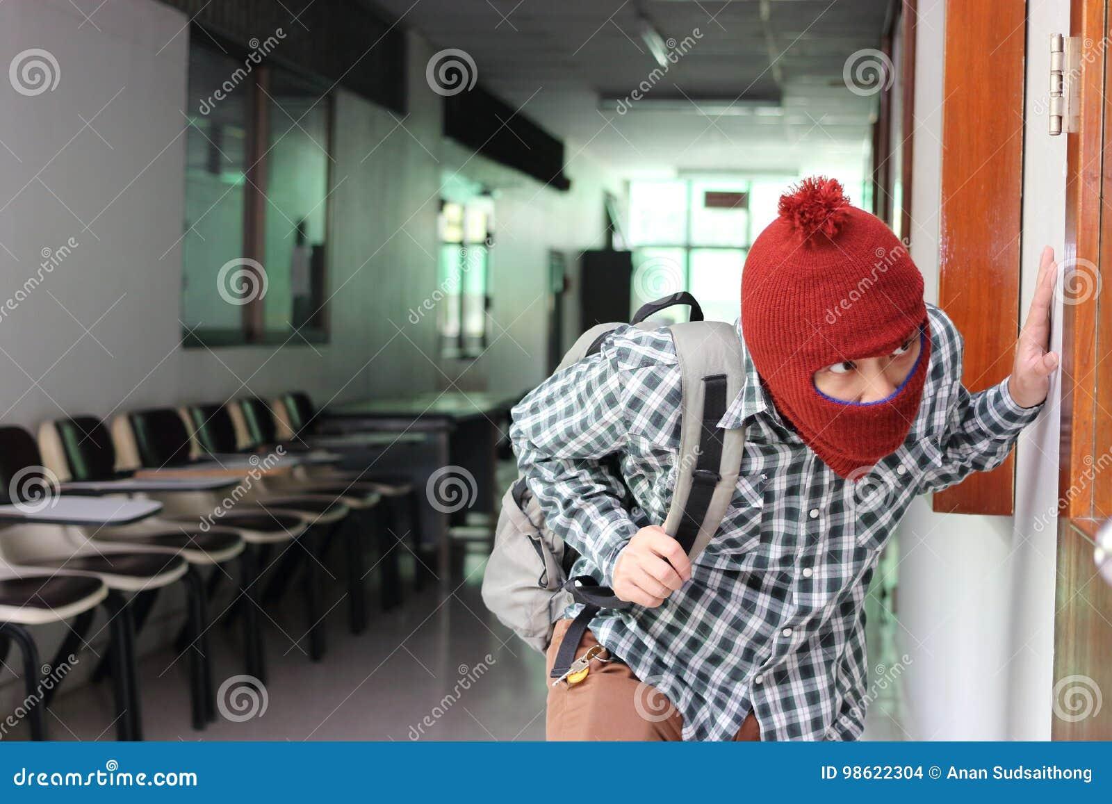 逃脱在偷偷地走以后的被掩没的夜贼入房子 砖概念罪行前面现有量苛刻的藏品手枪影子墙壁