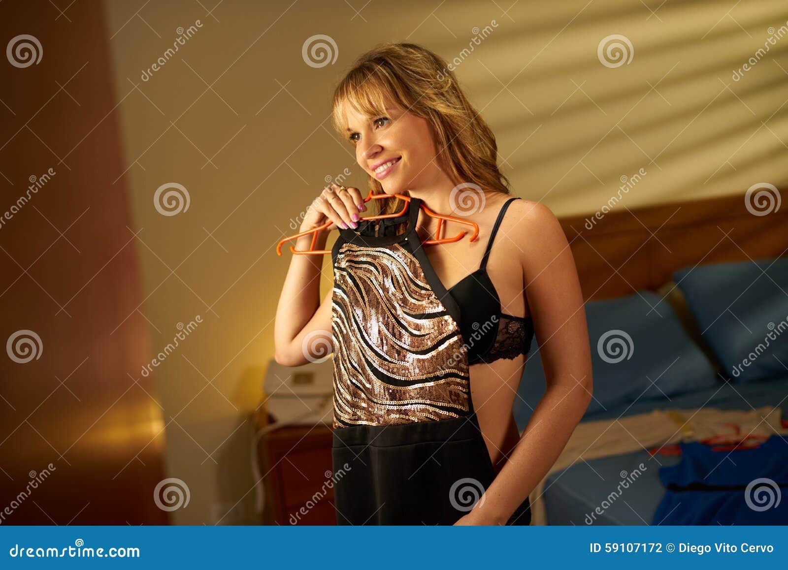 选择庄重装束的美丽的妇女为日期