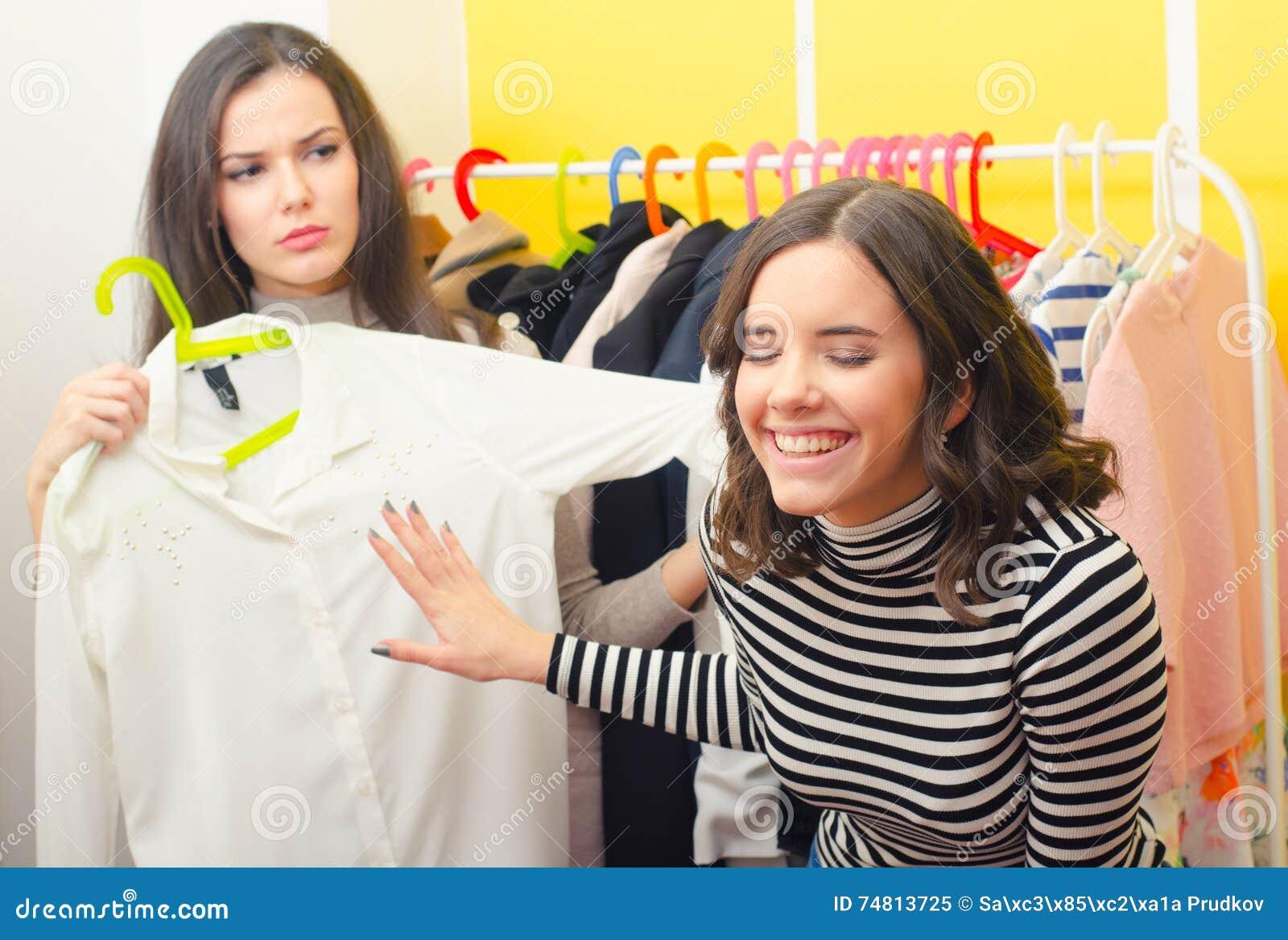 选择衣裳的两个时兴的少年女朋友