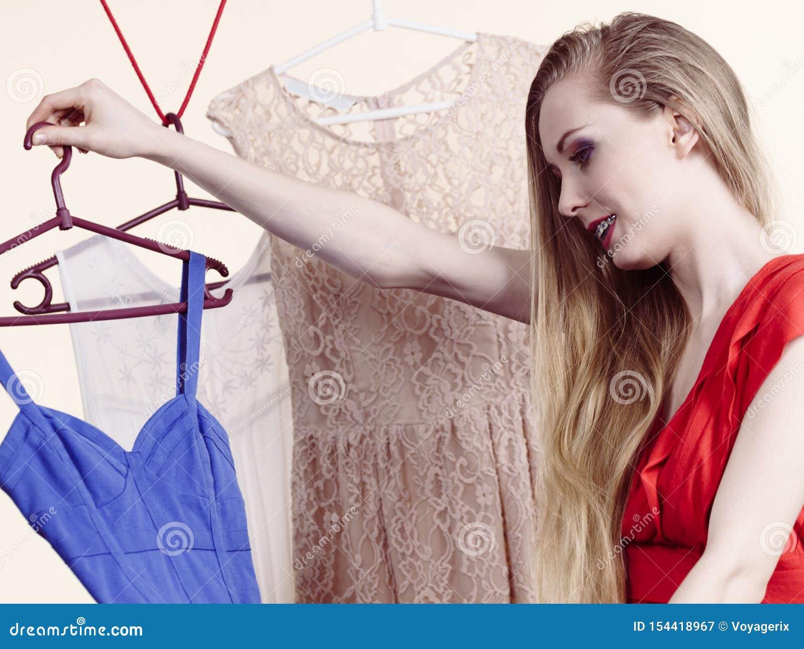 选择衣裳的妇女在商店
