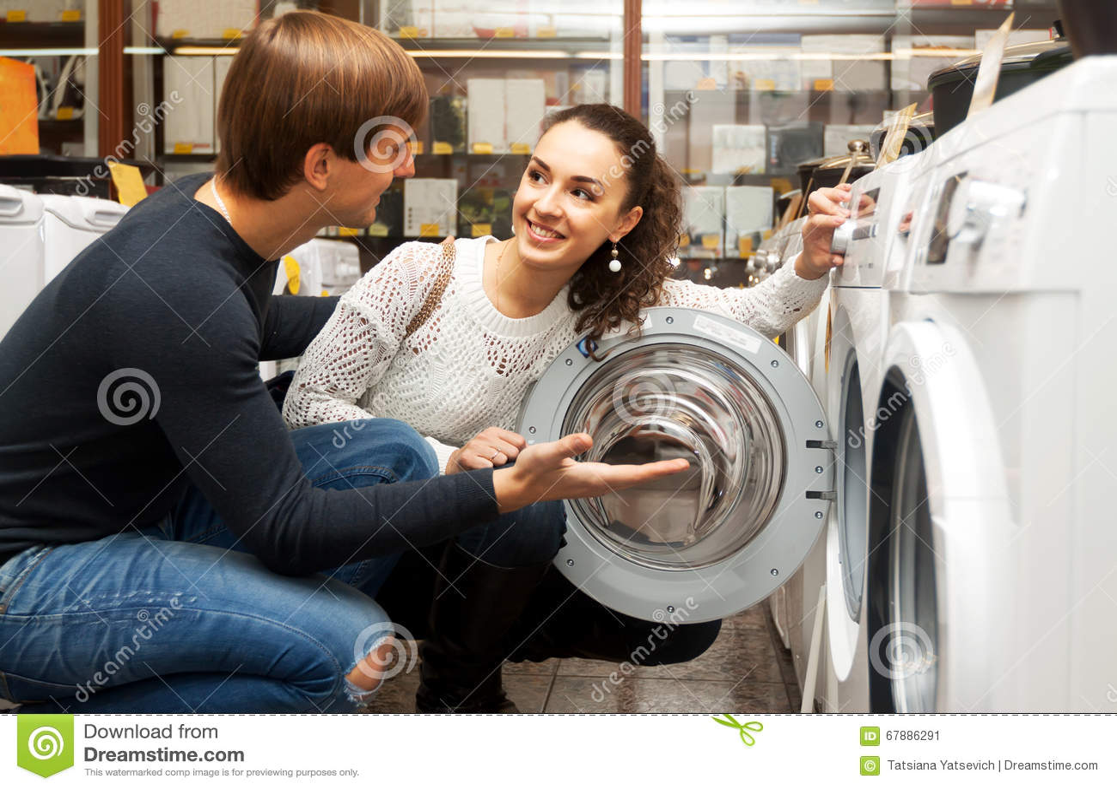 选择洗衣机的年轻夫妇