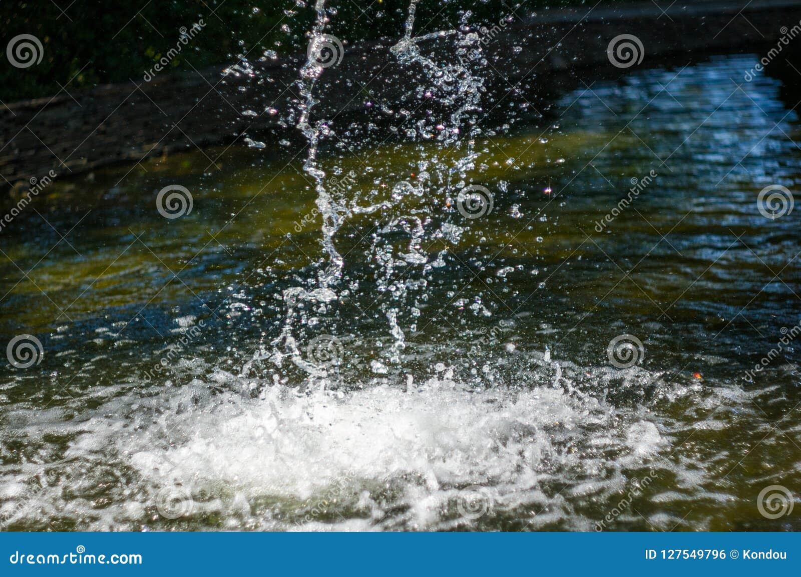 透明下跌的水垂直的流程,关闭