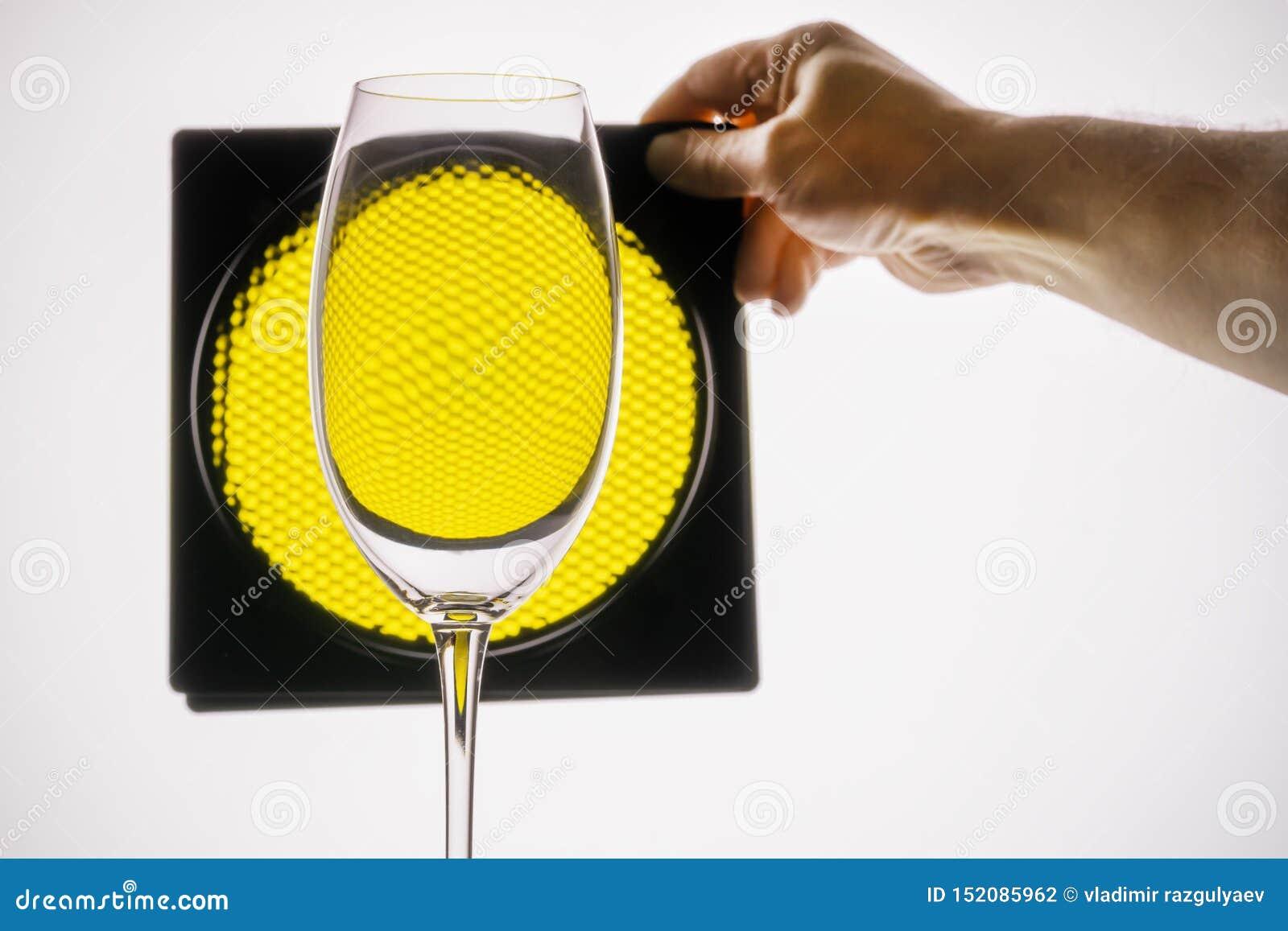透明玻璃握在黄色蜂窝背景的手