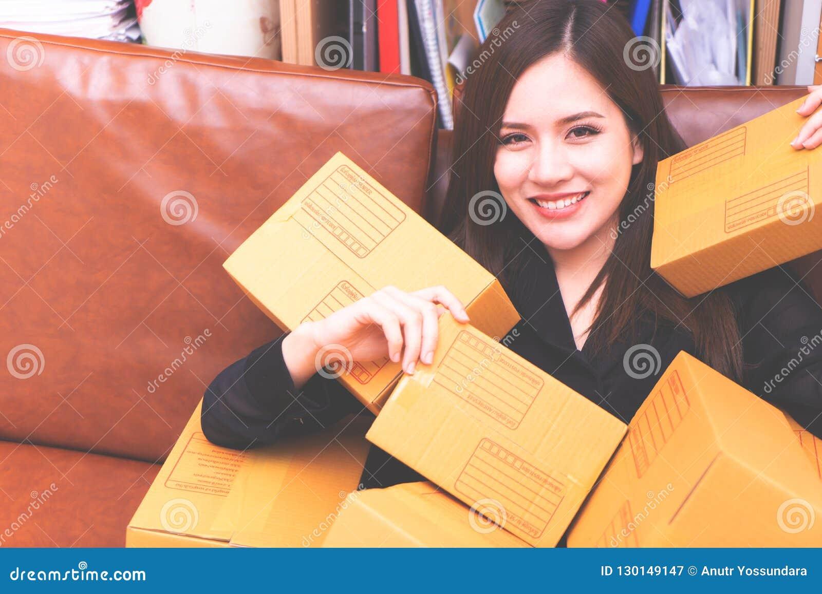递从网上购物的妇女包裹箱子