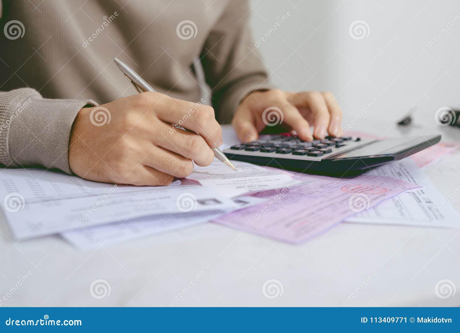 递做财务的人并且在家计算在关于费用的书桌上
