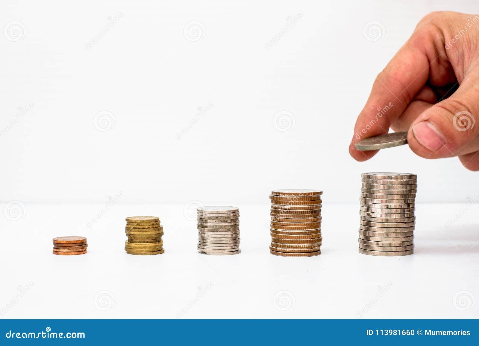 递在与价值上升的堆硬币资金上把放的被采摘的硬币
