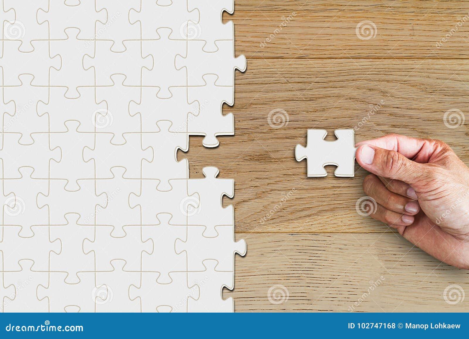 递拿着和插入在木桌上的缺掉片断竖锯