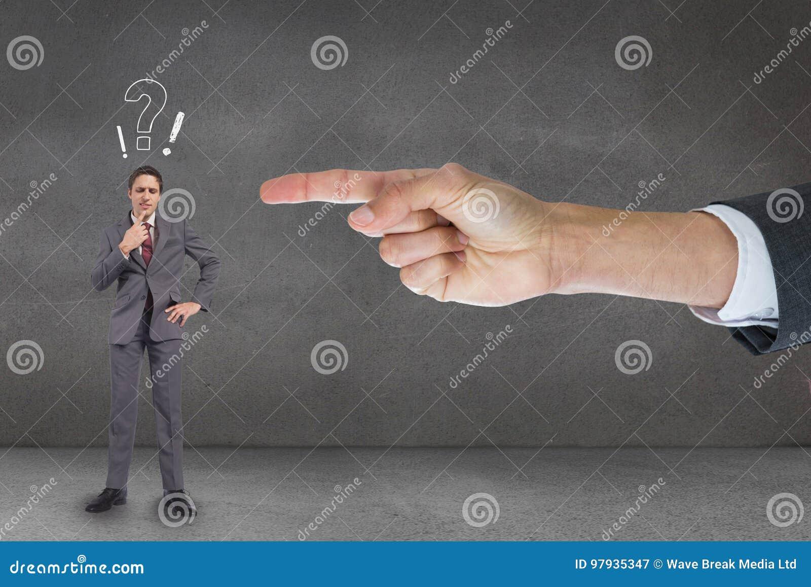 递指向商人反对与问题和惊叹号的灰色背景