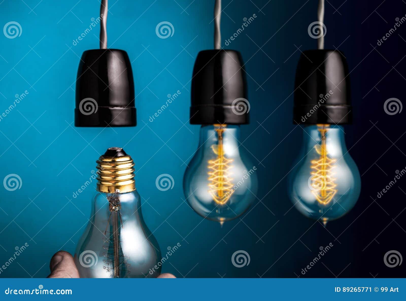 递改变一条古色古香的爱迪生样式细丝在dar的电灯泡
