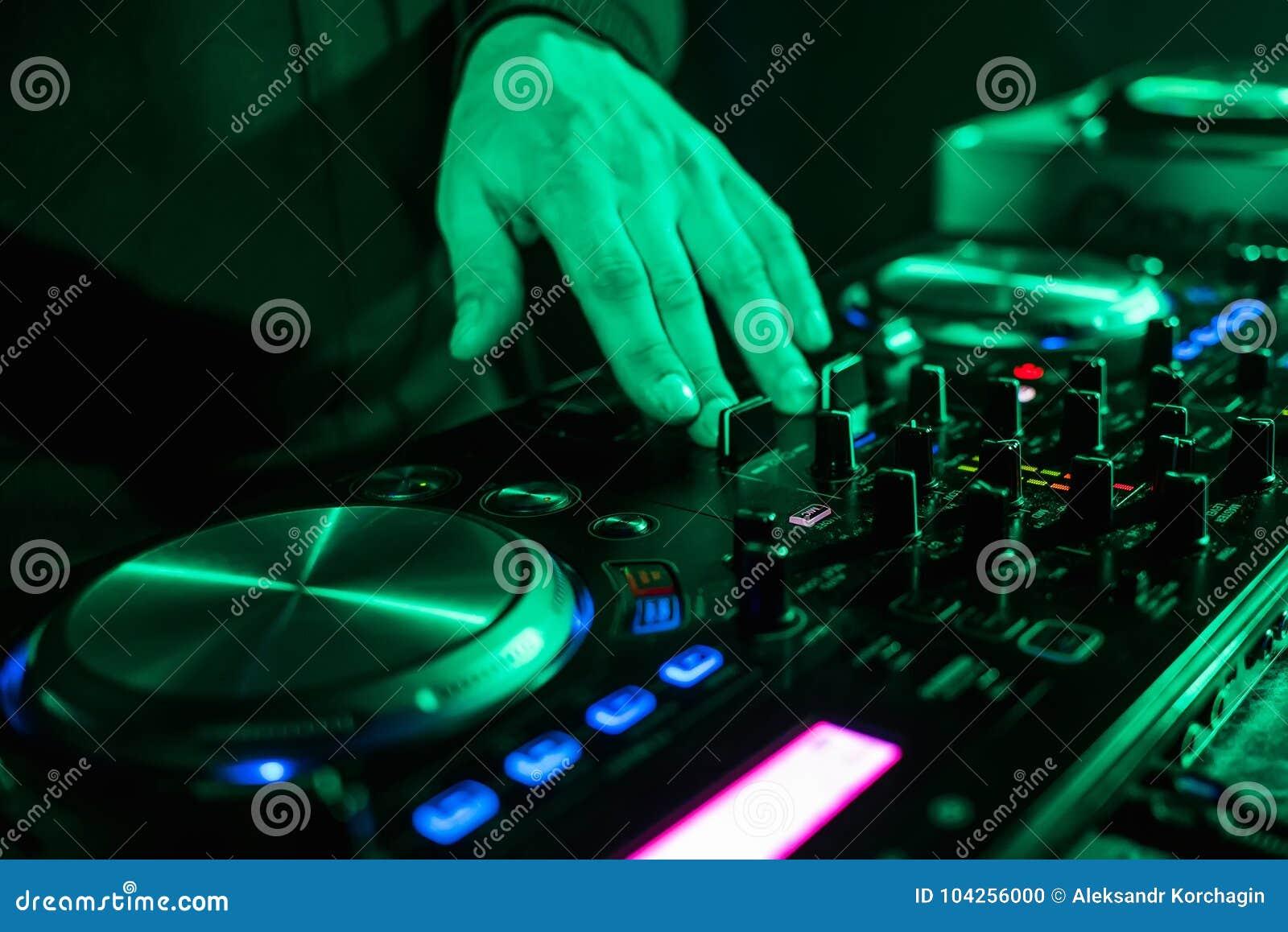 递移动在音乐控制板的DJ控制器在夜总会