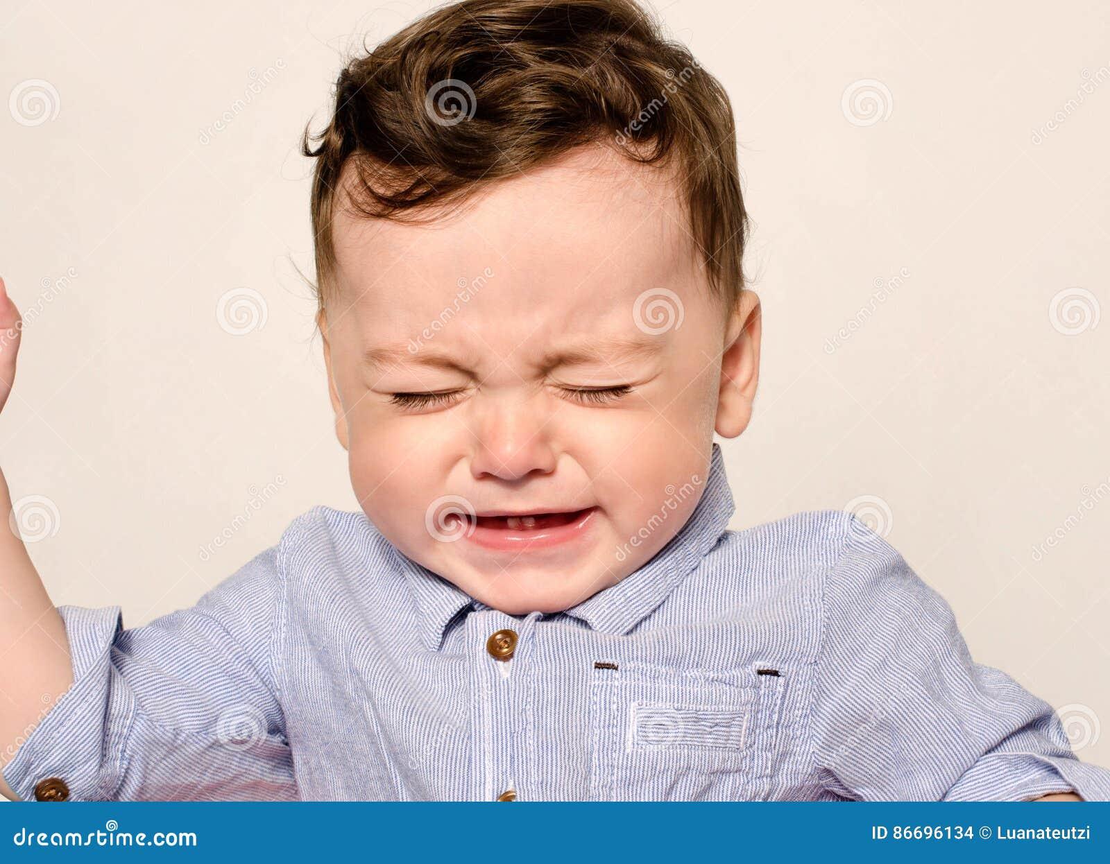 逗人喜爱男婴哭泣