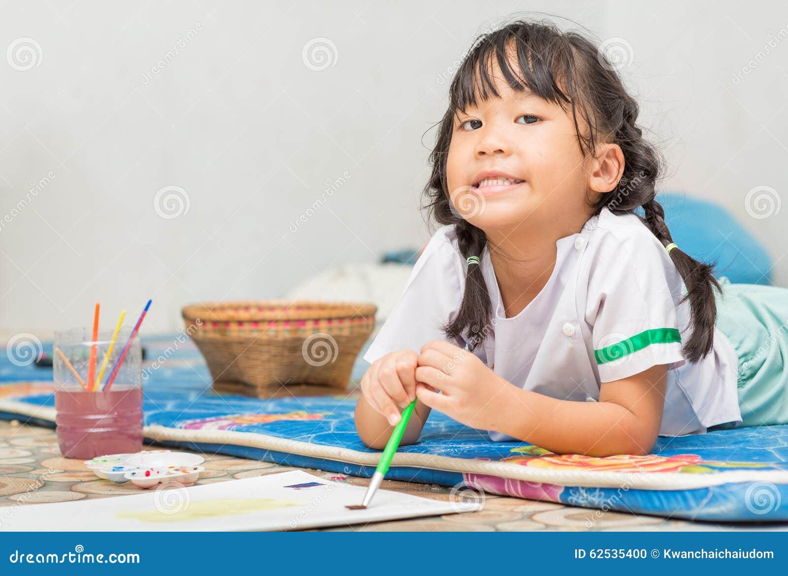 逗人喜爱的女学生享用绘颜色