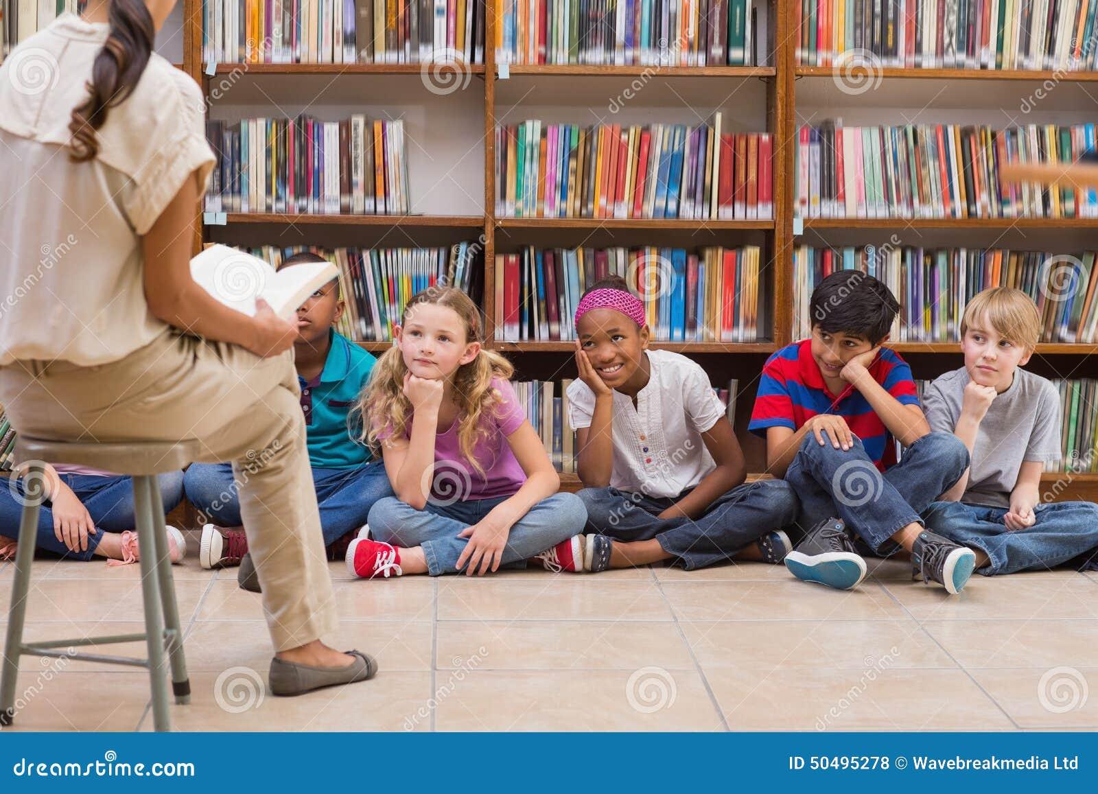 逗人喜爱的学生和老师有类在图书馆