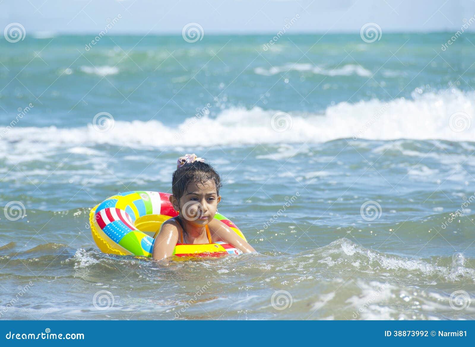 逗人喜爱的小女孩游泳在海.