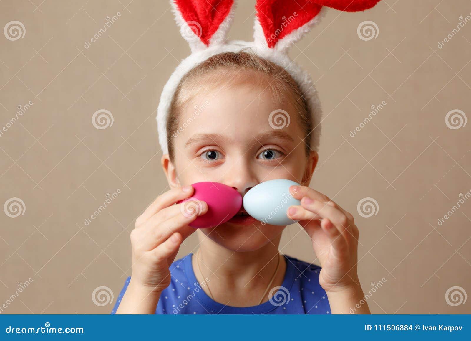 逗人喜爱的小孩佩带的兔宝宝耳朵在复活节天