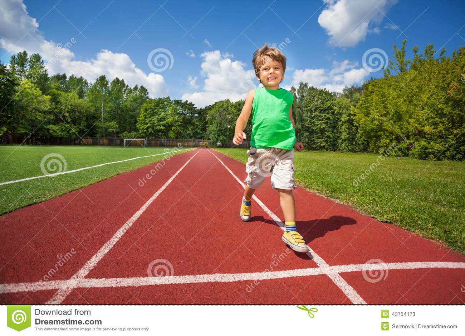 逗人喜爱的小男孩在马拉松路慢慢地跑