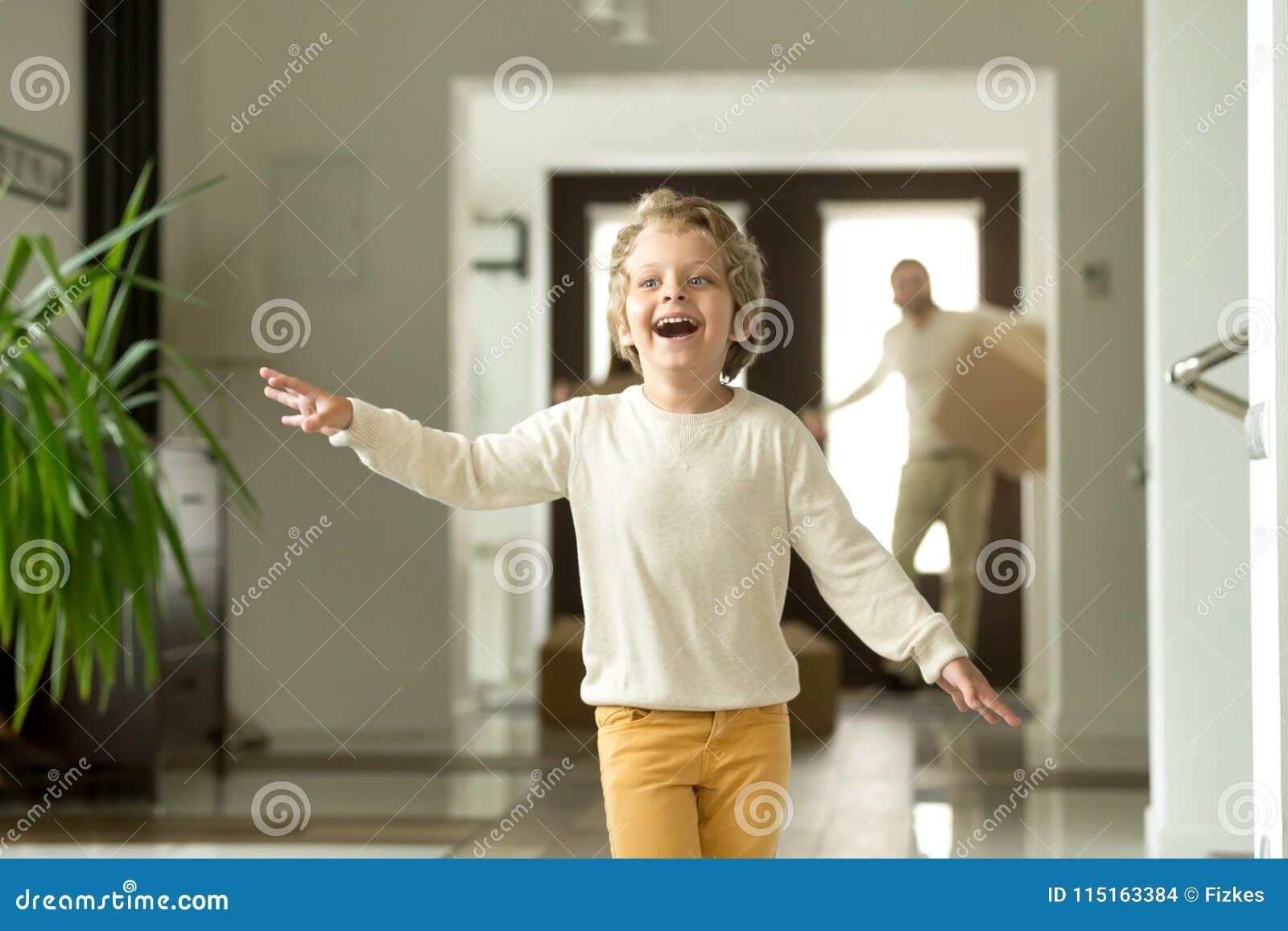 逗人喜爱的移动与父母的孩子男孩跑的探索的新房