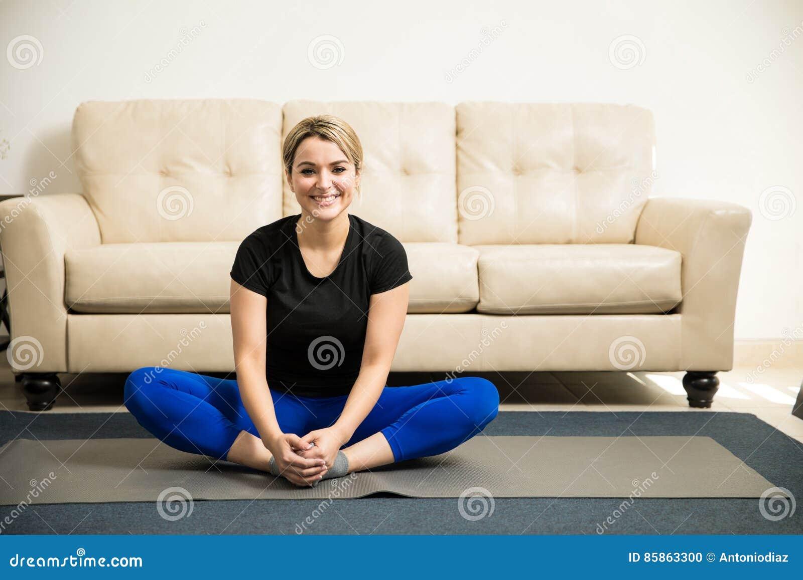 逗人喜爱的西班牙妇女准备好一些瑜伽