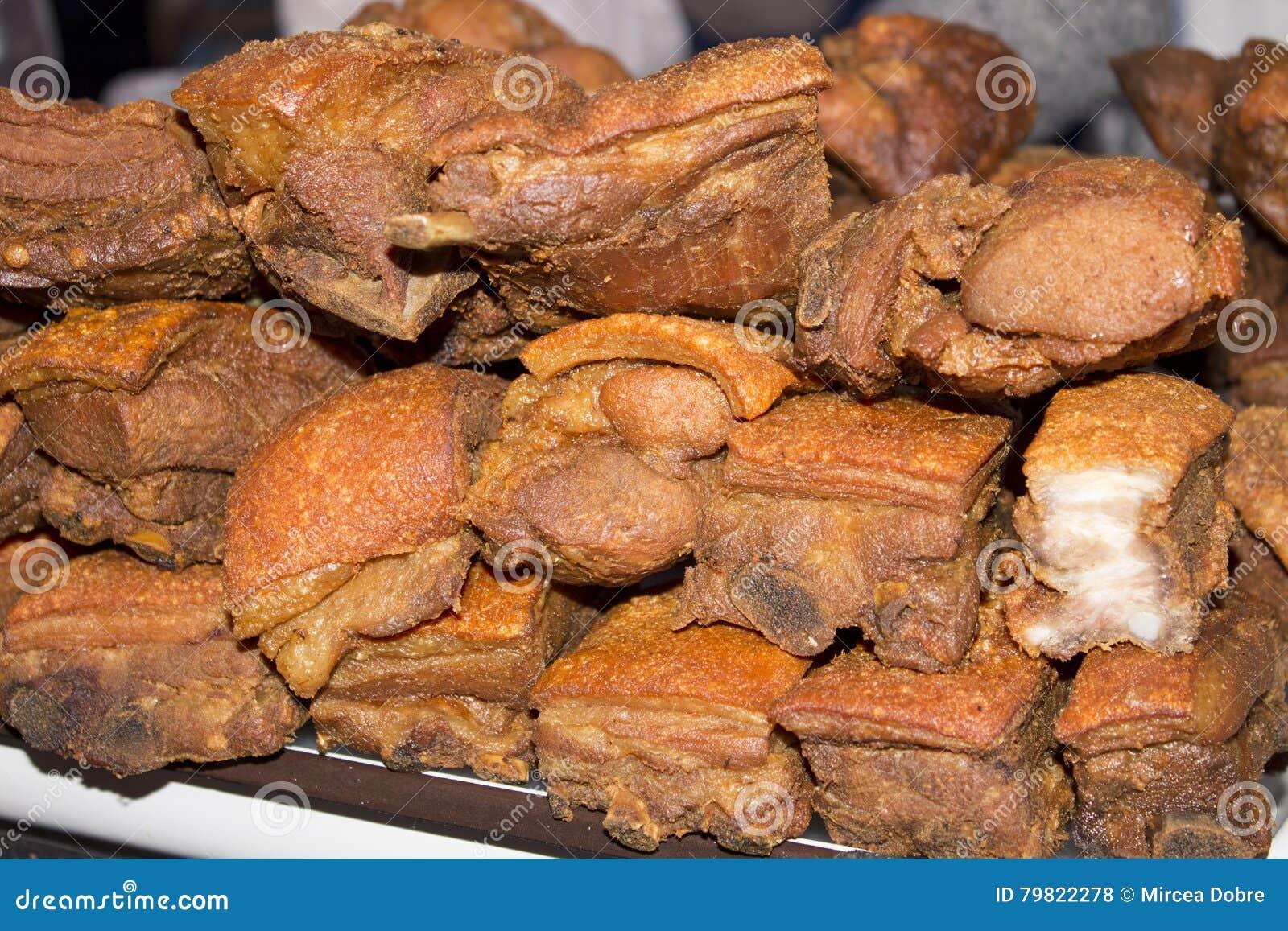 通常包括油煎的猪肚或油煎的猪肉外皮的Chicharron盘 在阿雷基帕,秘鲁生动描述承担一个市场