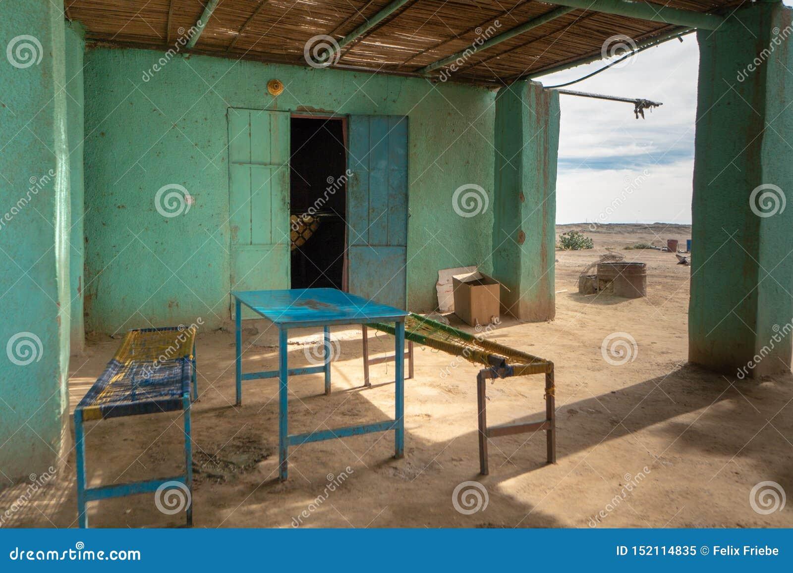 通常肮脏的豆和面包供食的传统苏丹餐馆