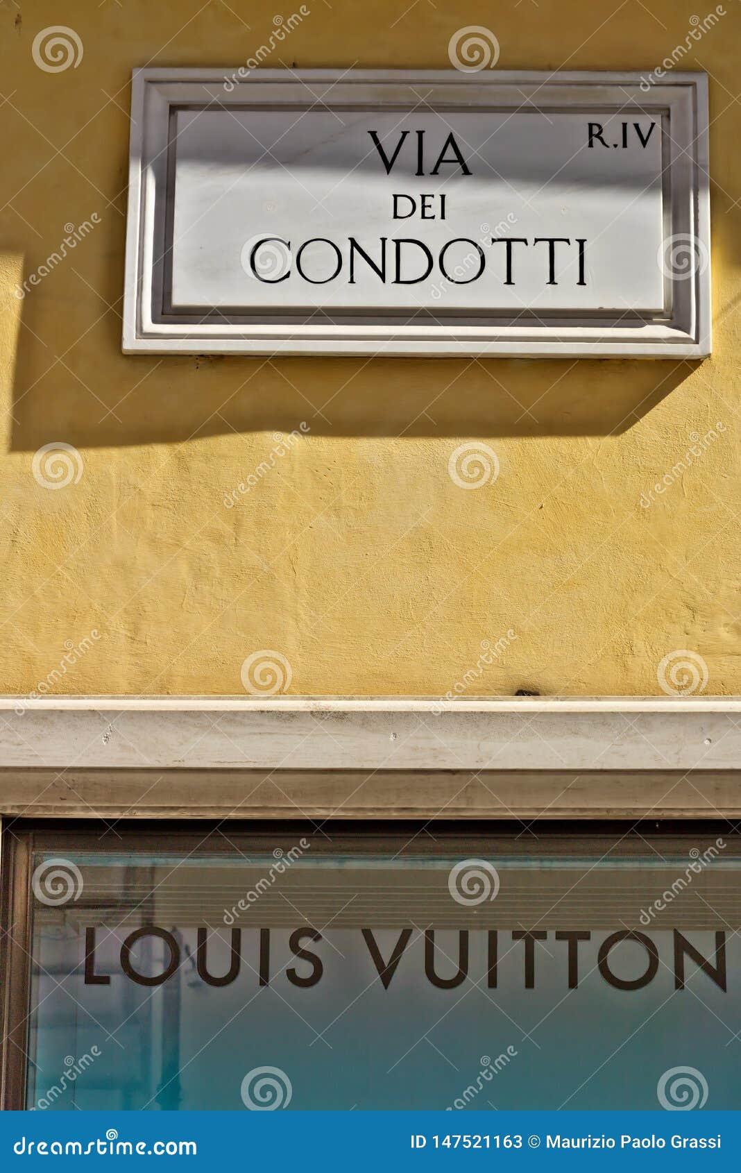 通过代罗西Condotti路牌罗马 路易・威登精品店的底下标志