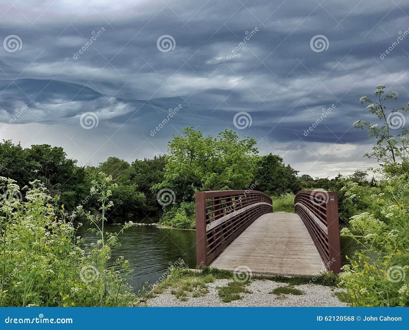 通过在桥梁的暴风云