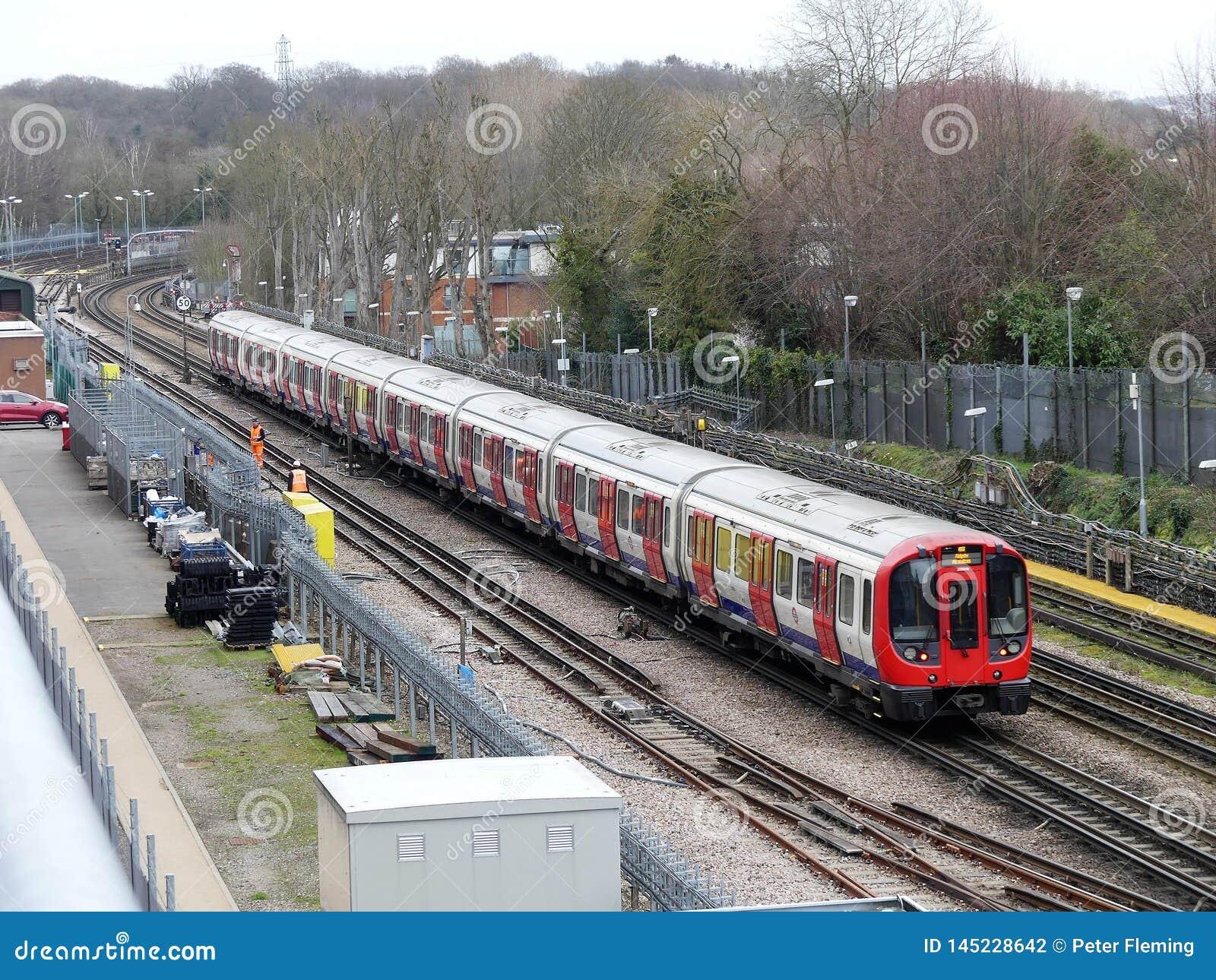 通过在轨道的伦敦地铁火车在Rickmansworth
