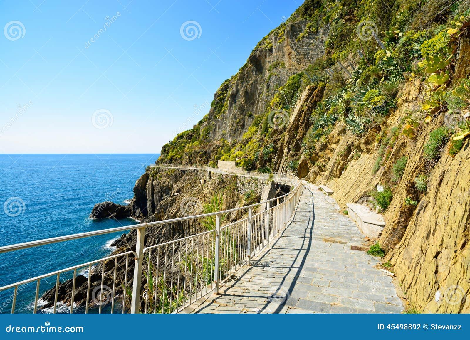 通过小山谷Amore,爱,步行街道方式  Cinque terre