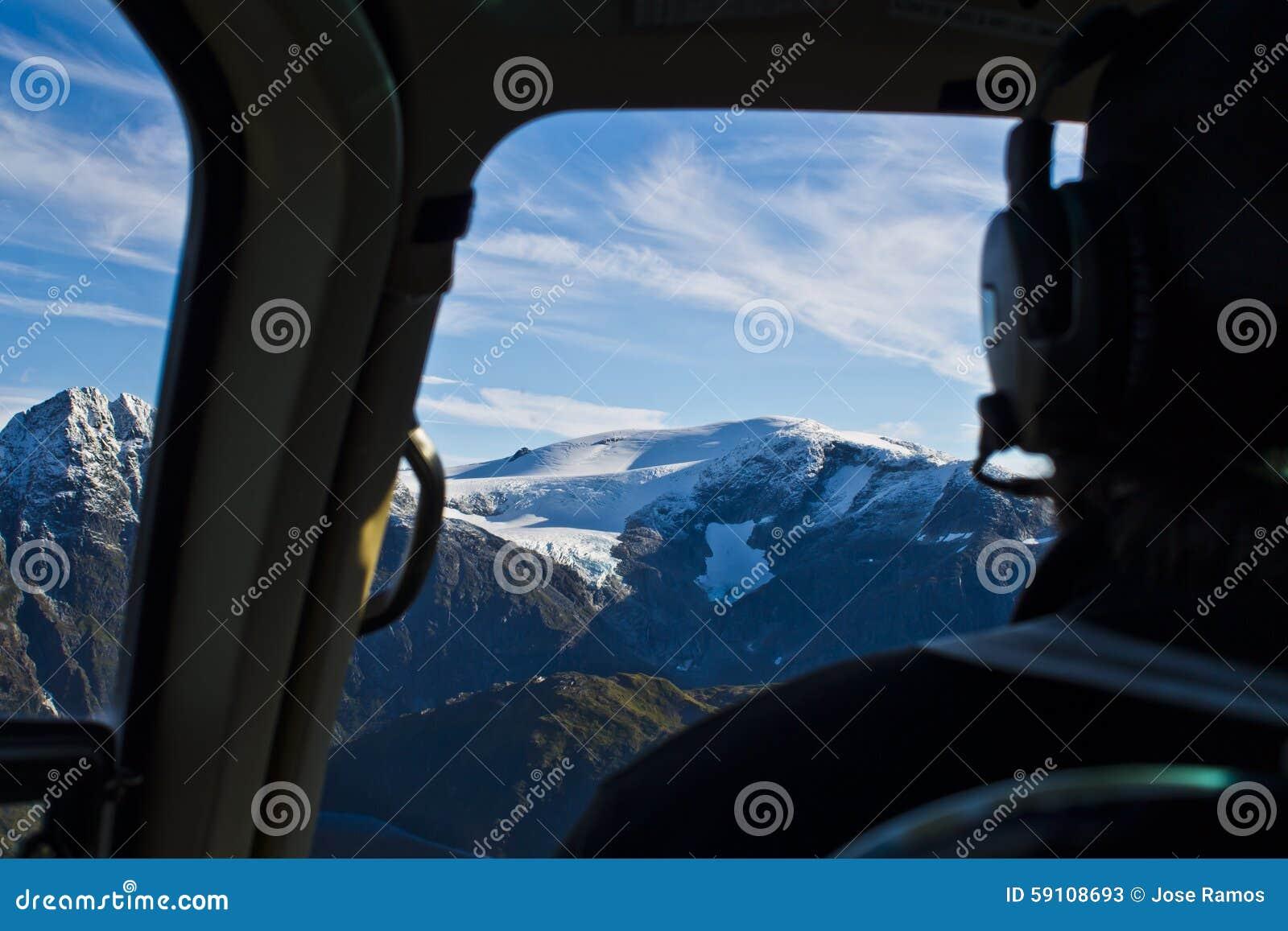 通过直升机驾驶舱被看见的Mendenhall冰川