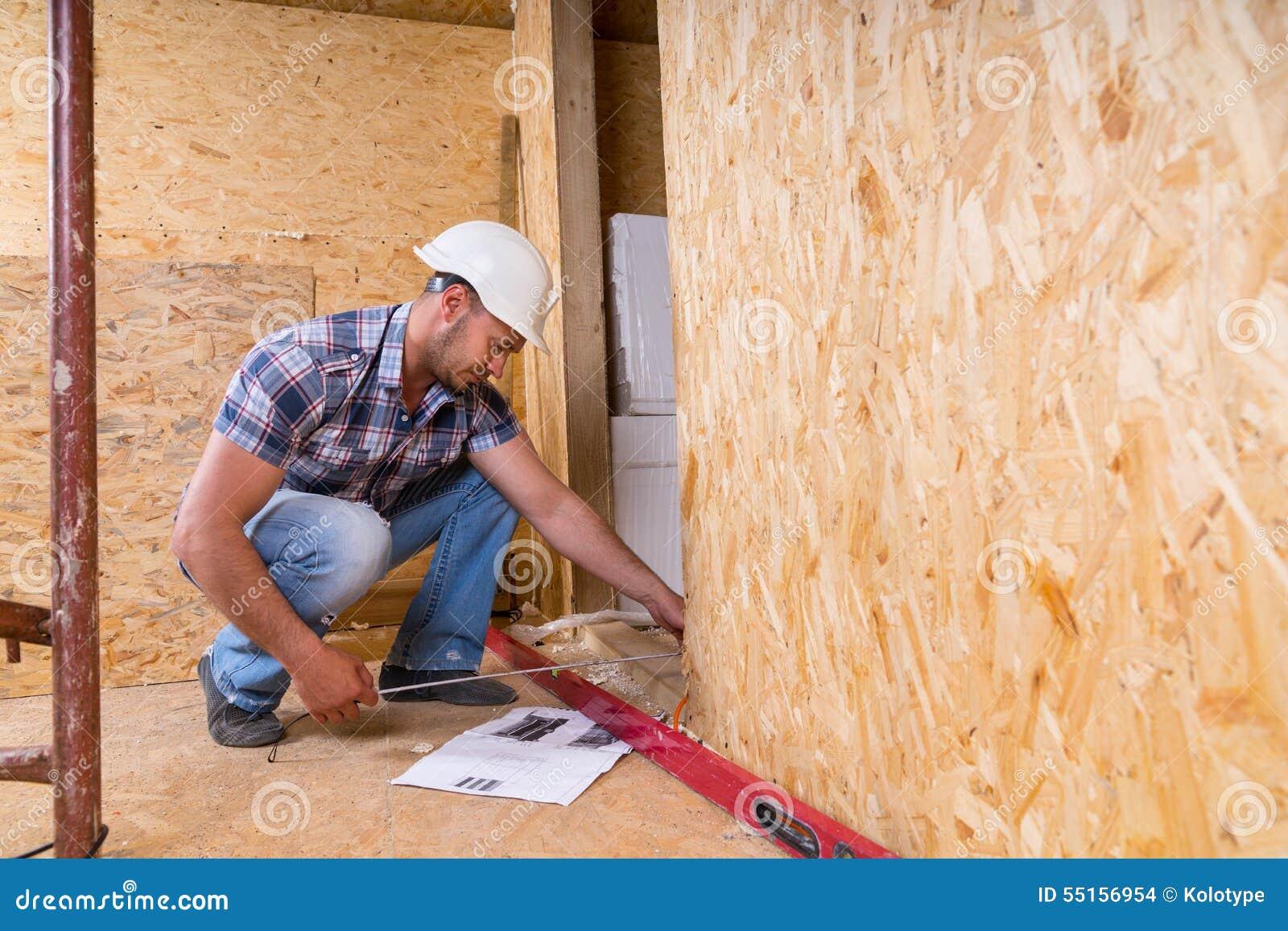 建造者测量的门框在未完成的家