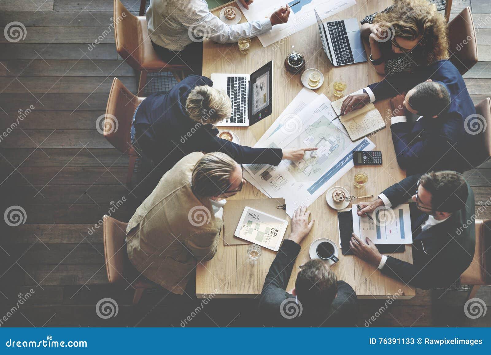 遇见会议讨论公司概念的商人