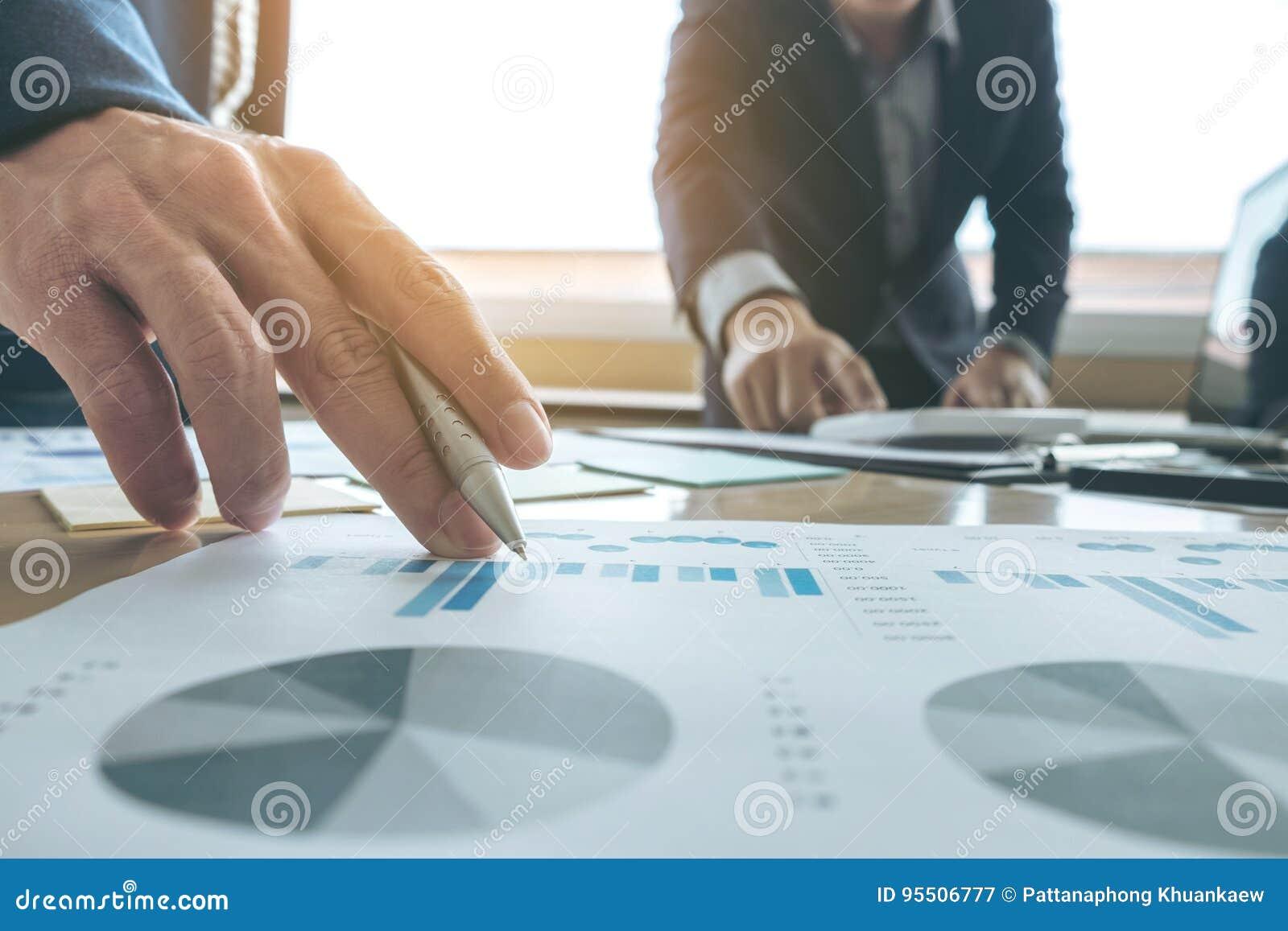 遇见礼物的企业队 秘书介绍新的想法和制造报告对有新的财务项目的职业投资者