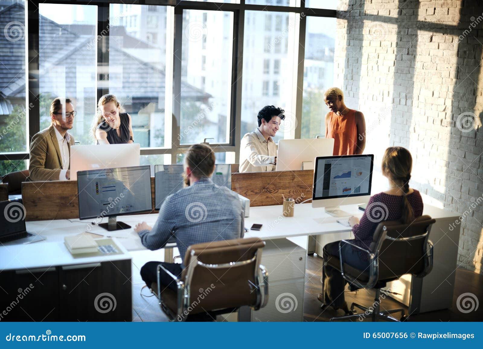遇见讨论运作的办公室概念的商人