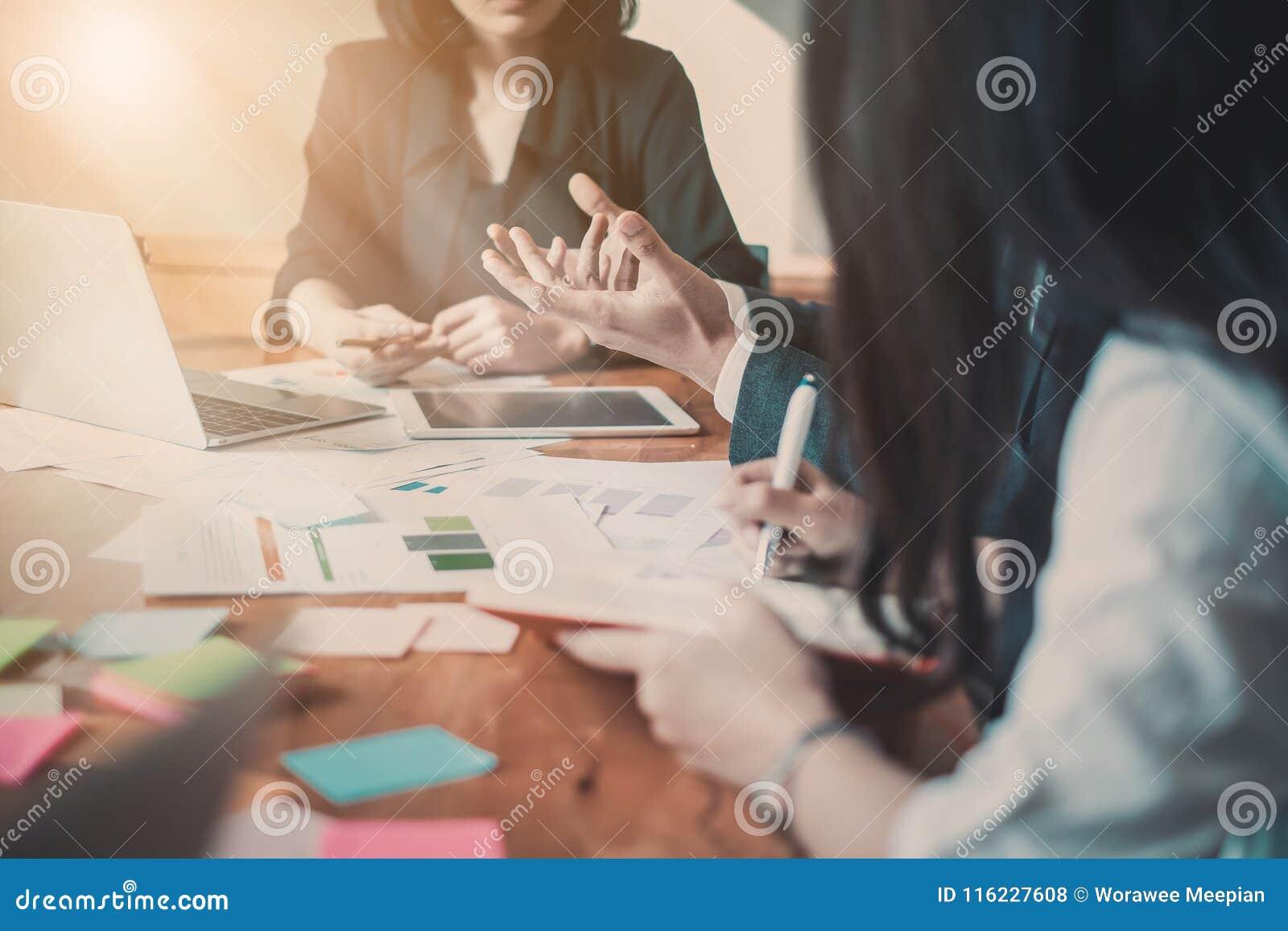 遇见设计想法概念的商人 小组投资者