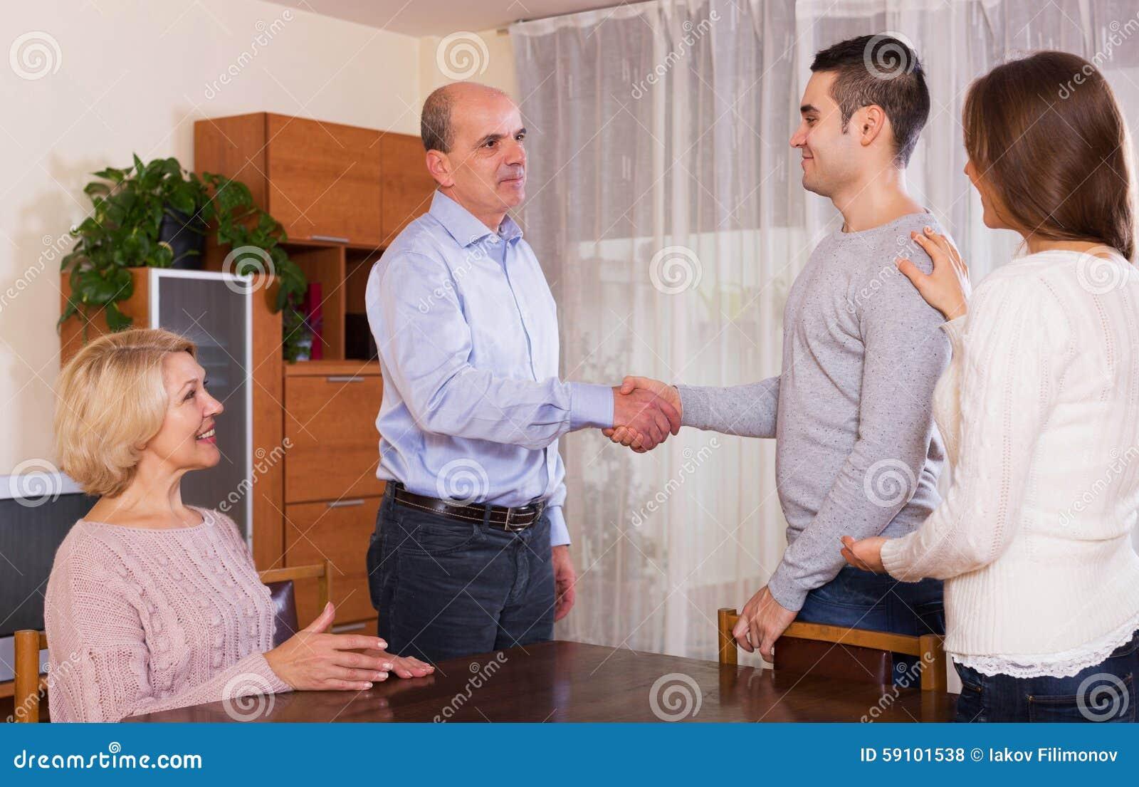 遇见他们的儿子的女朋友的年长父母