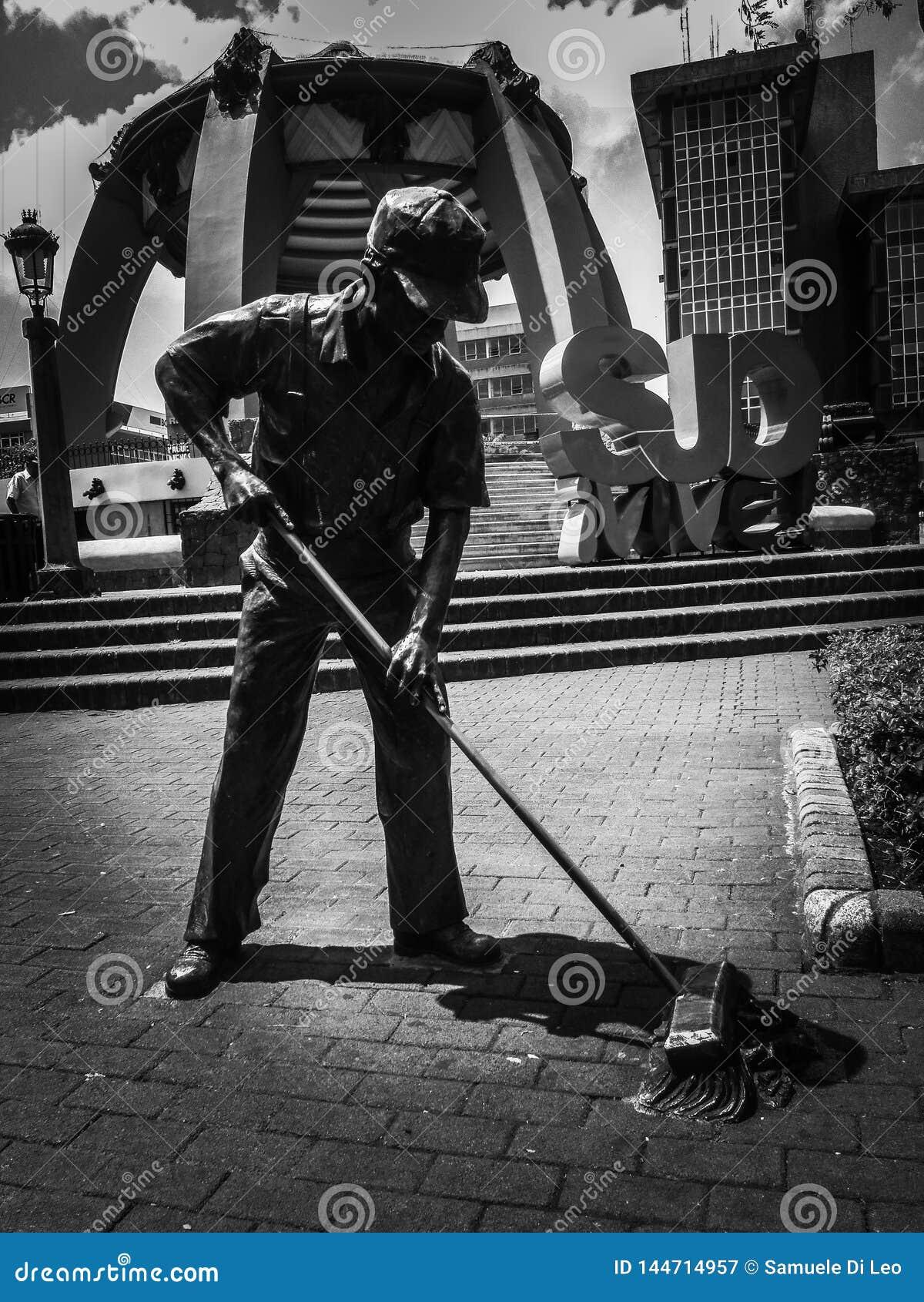 道路清扫工雕象