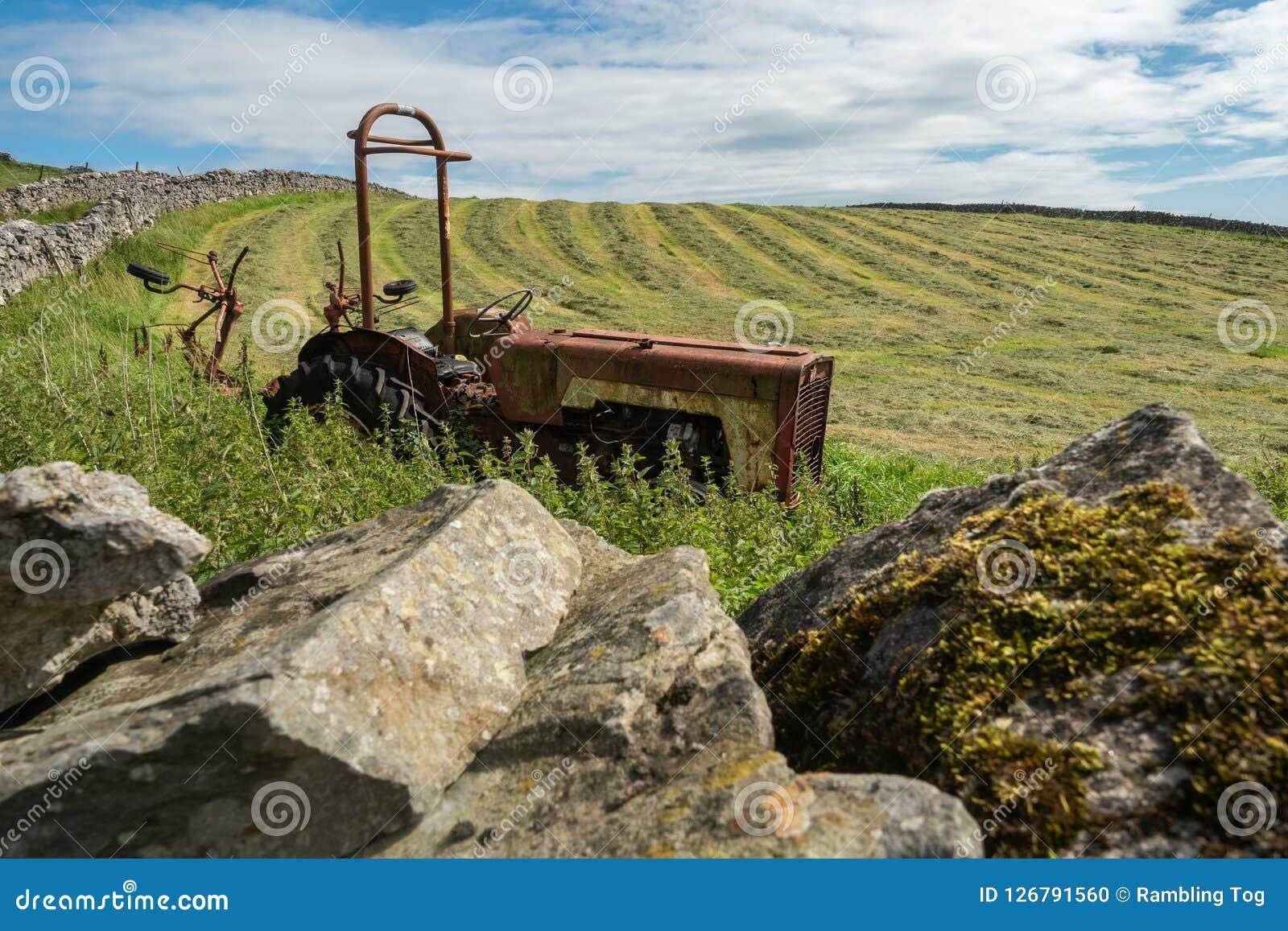 遗弃农用拖拉机