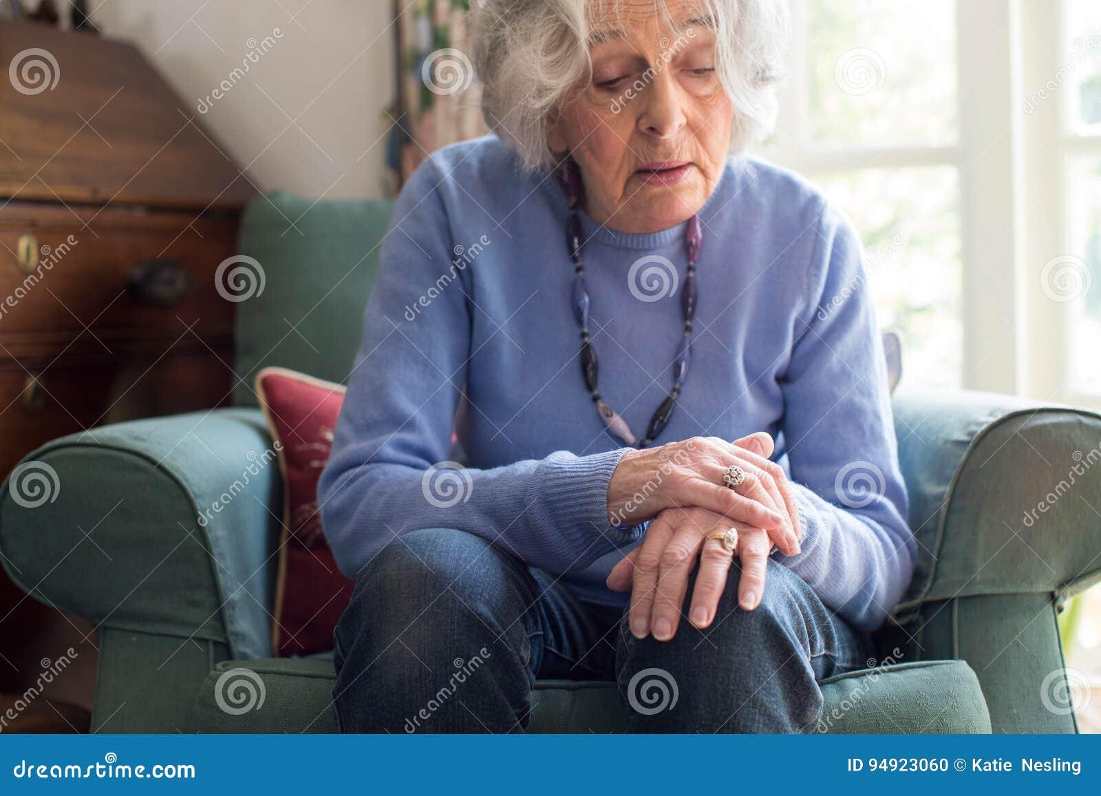 遭受与Parkinsons Diesease的资深妇女
