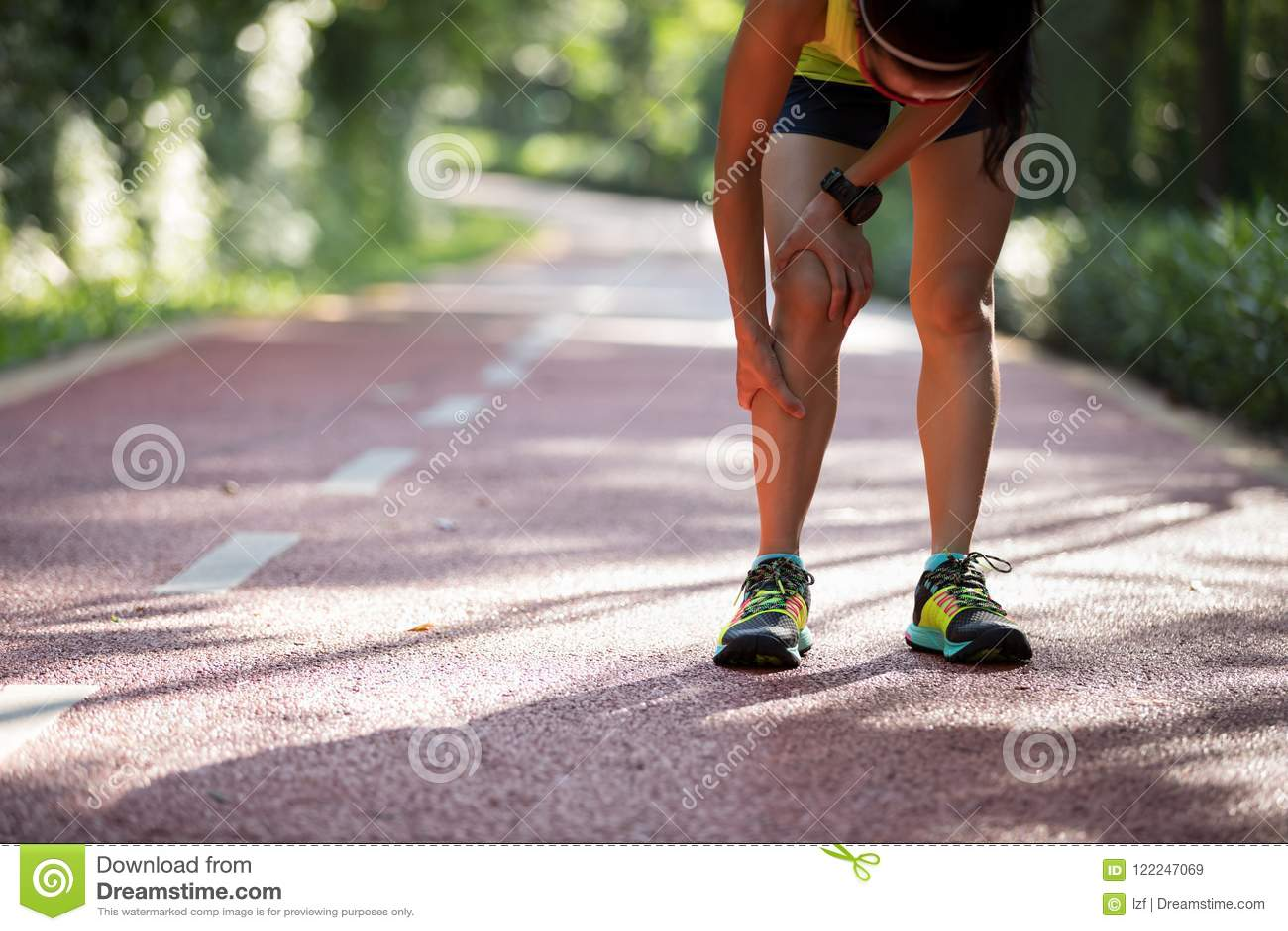 遭受充满在跑膝伤的体育的痛苦的赛跑者