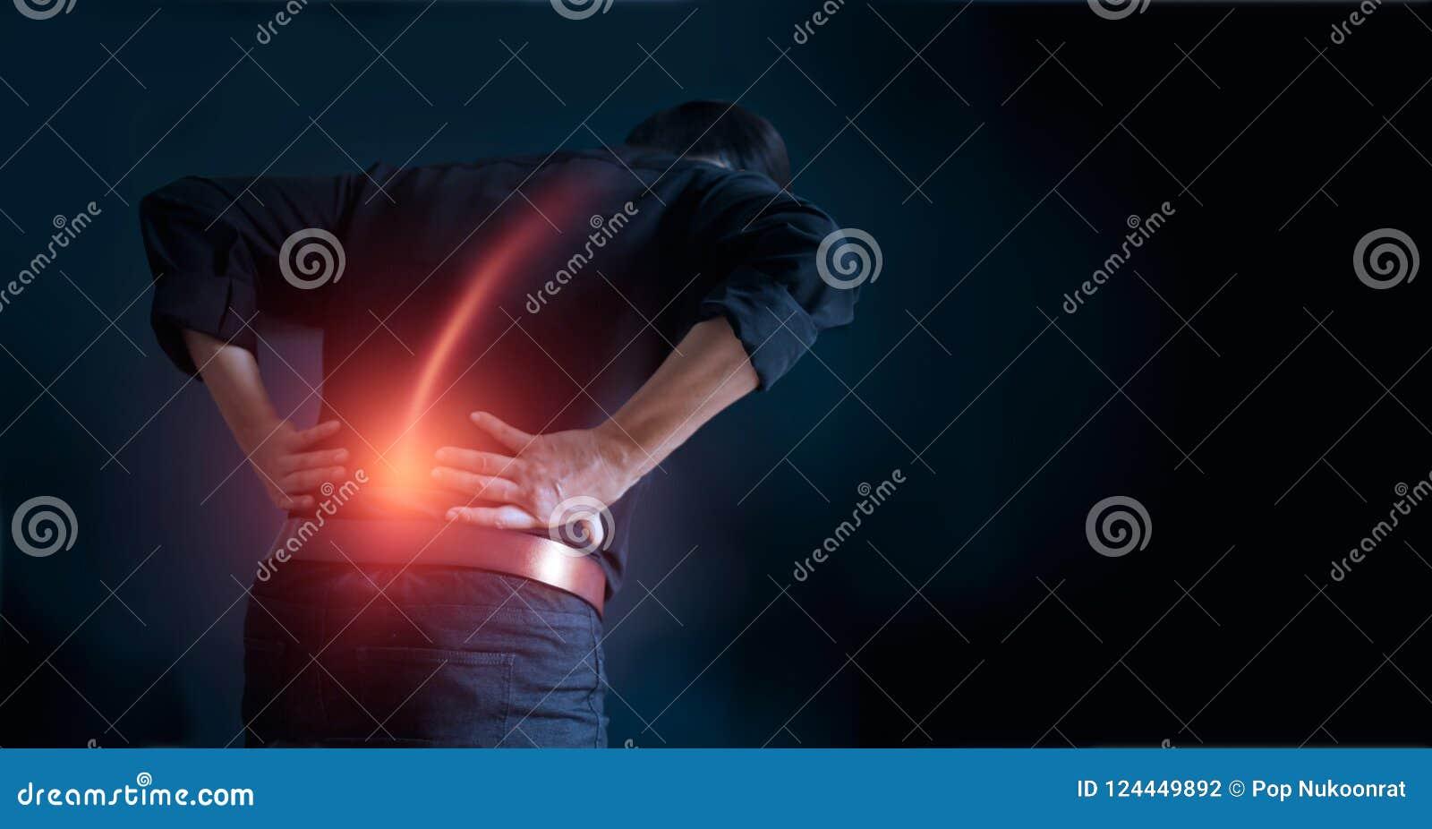 遭受办公室综合症状,他的接触在更加低后的手的背部疼痛原因的人 医疗和heathcare概念