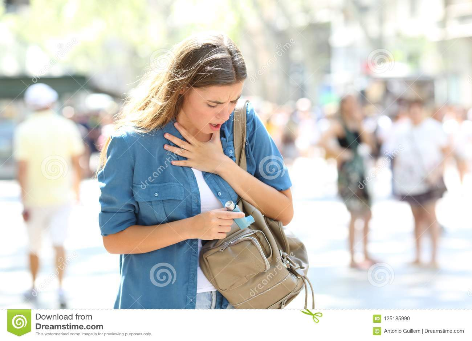 遭受攻击和搜寻吸入器的气喘女孩