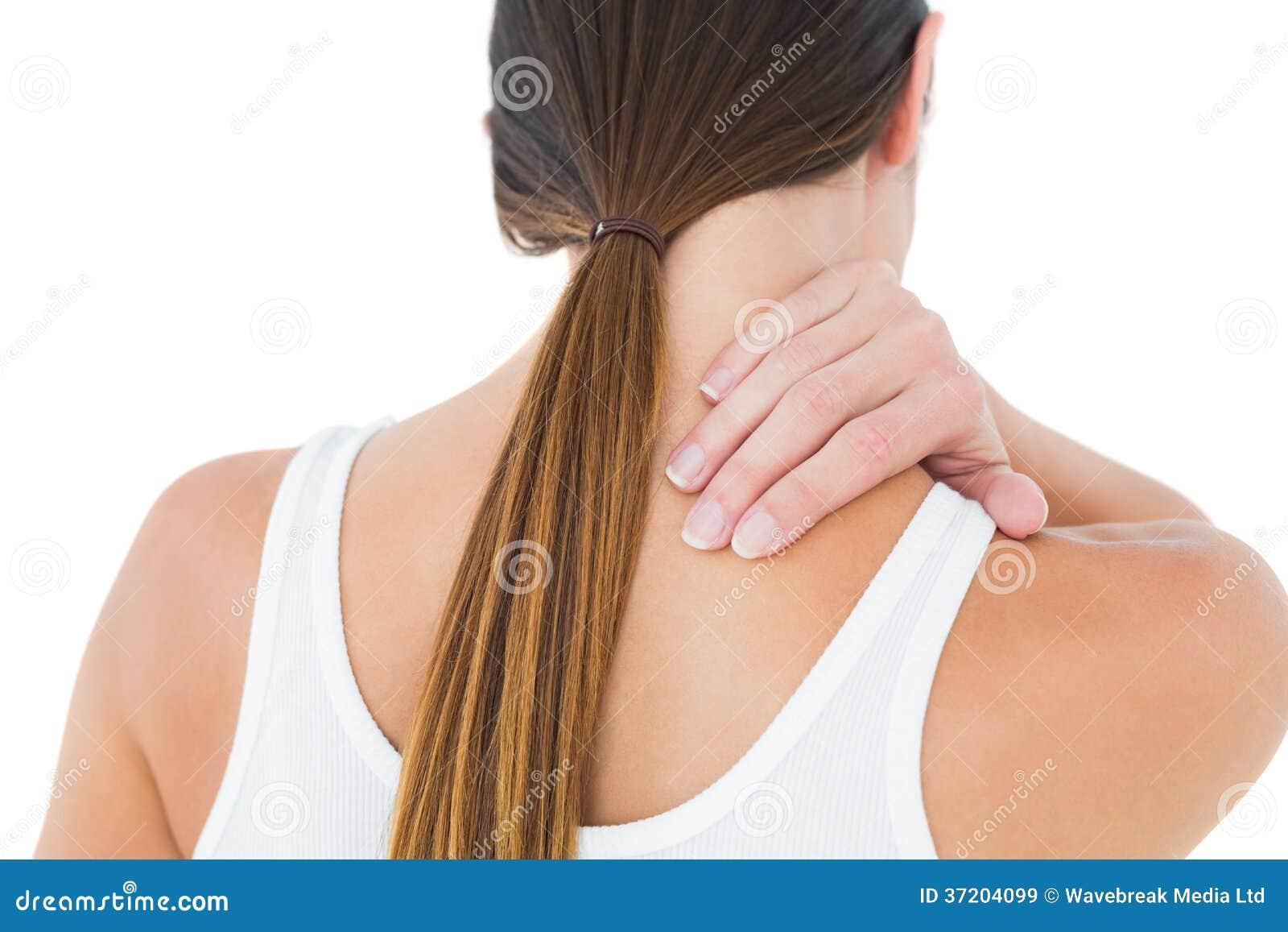 遭受脖子疼痛的一名偶然妇女的背面图