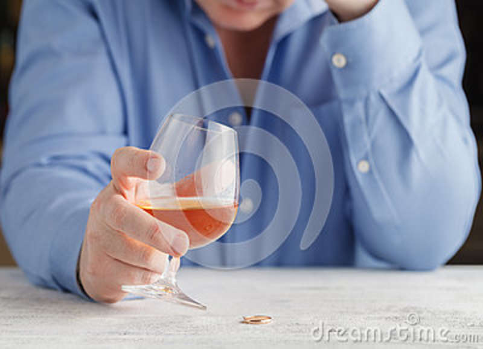 遭受酒精中毒饮用的威士忌酒的典雅的人