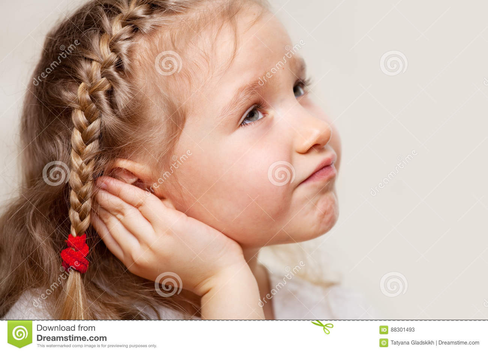 遭受otitis的小女孩