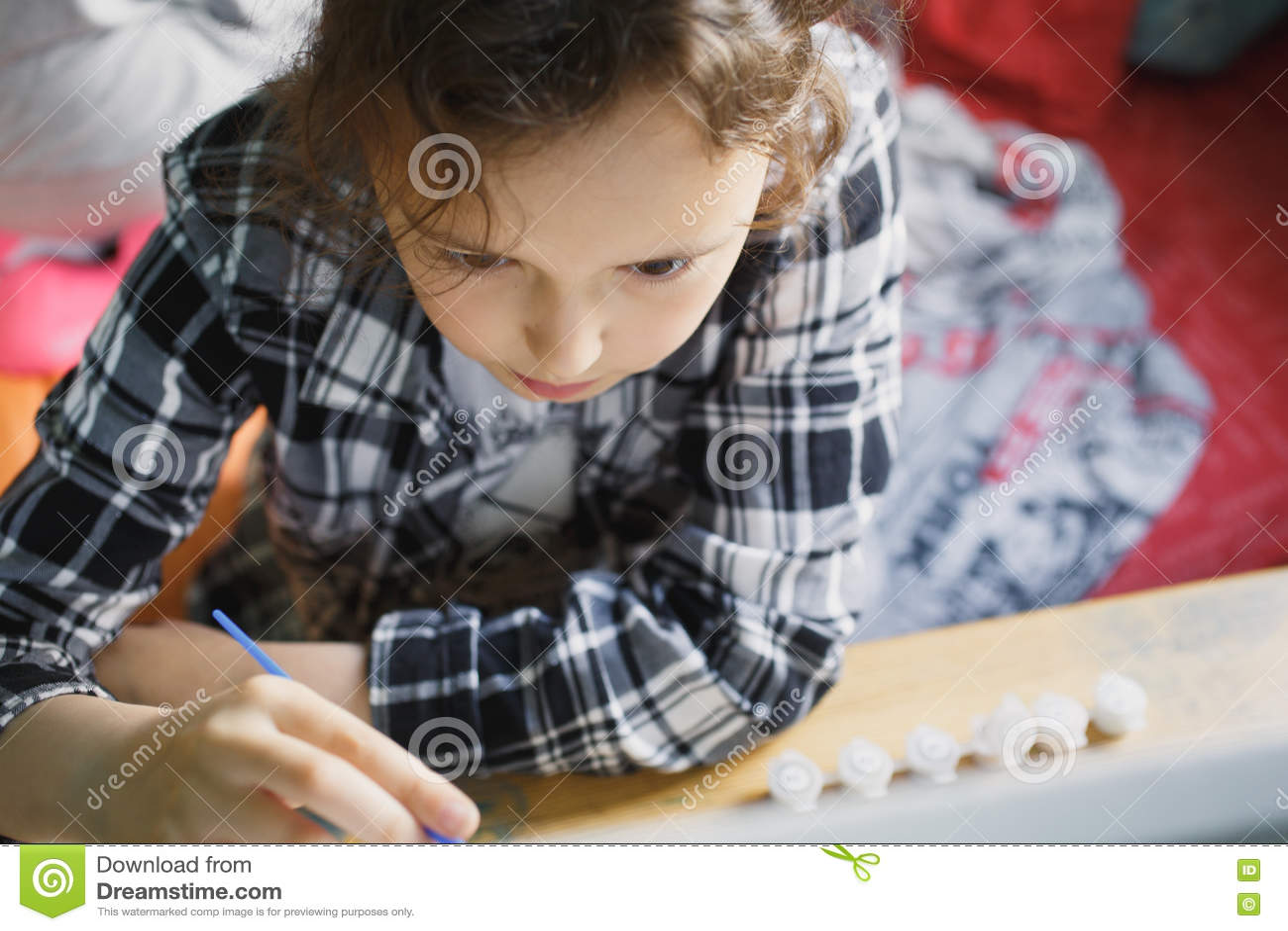 那的女孩与刷子的油漆