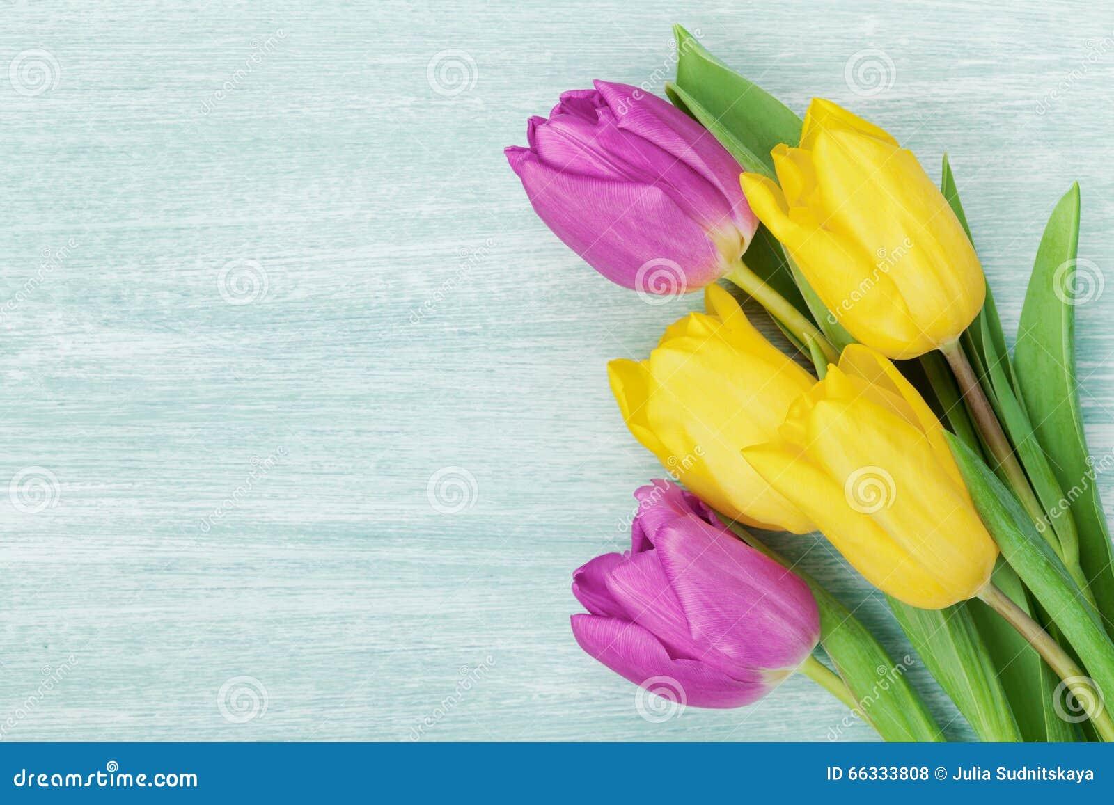 郁金香在土气桌上开花为3月8日,国际妇女天,生日或母亲节,美丽的春天卡片