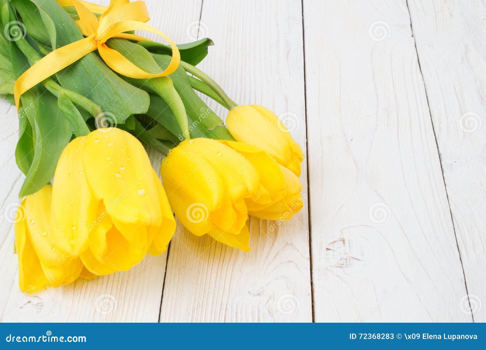 郁金香花束在土气木板,复活节装饰的